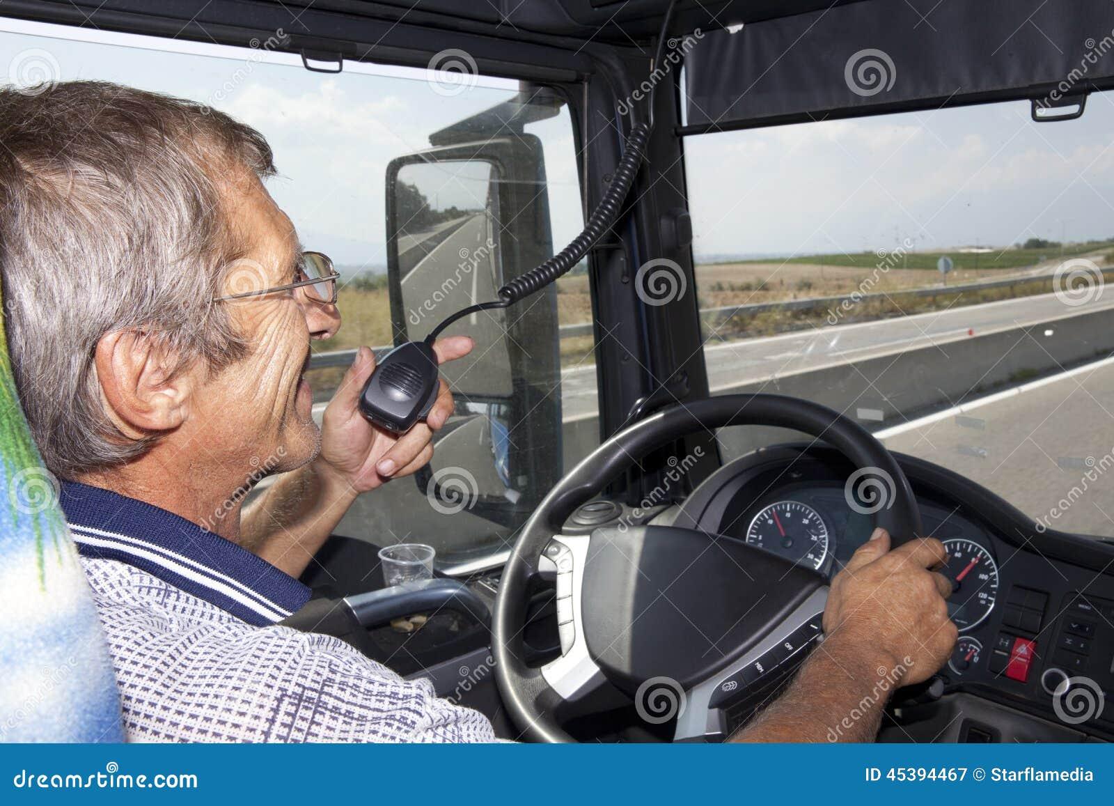 Uśmiechnięty kierowca ciężarówki