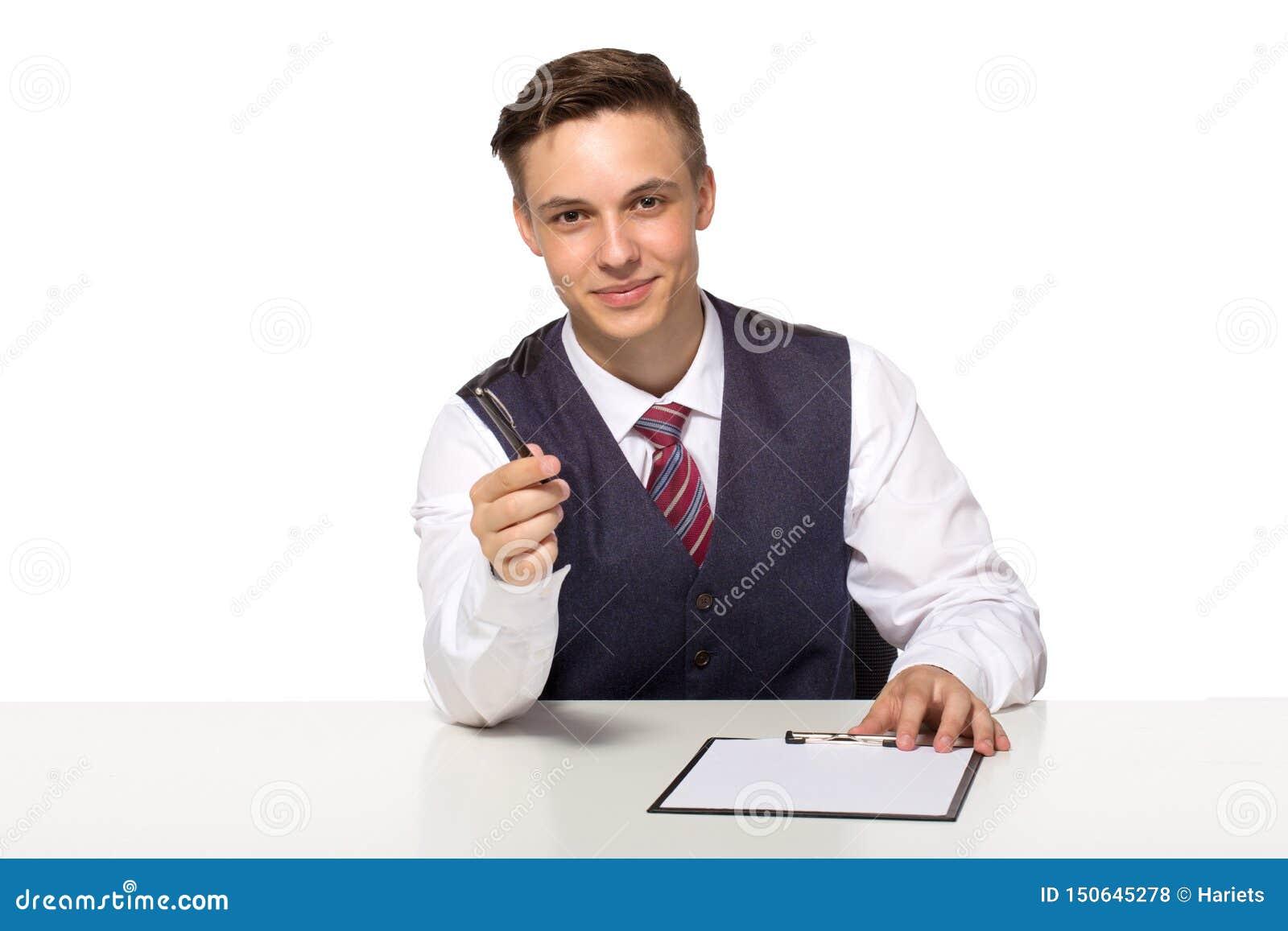 Uśmiechnięty kierownik lub biznesmen oferujemy podpisywać kontraktacyjnego mienia i dokumentujemy dla podpisu pióro