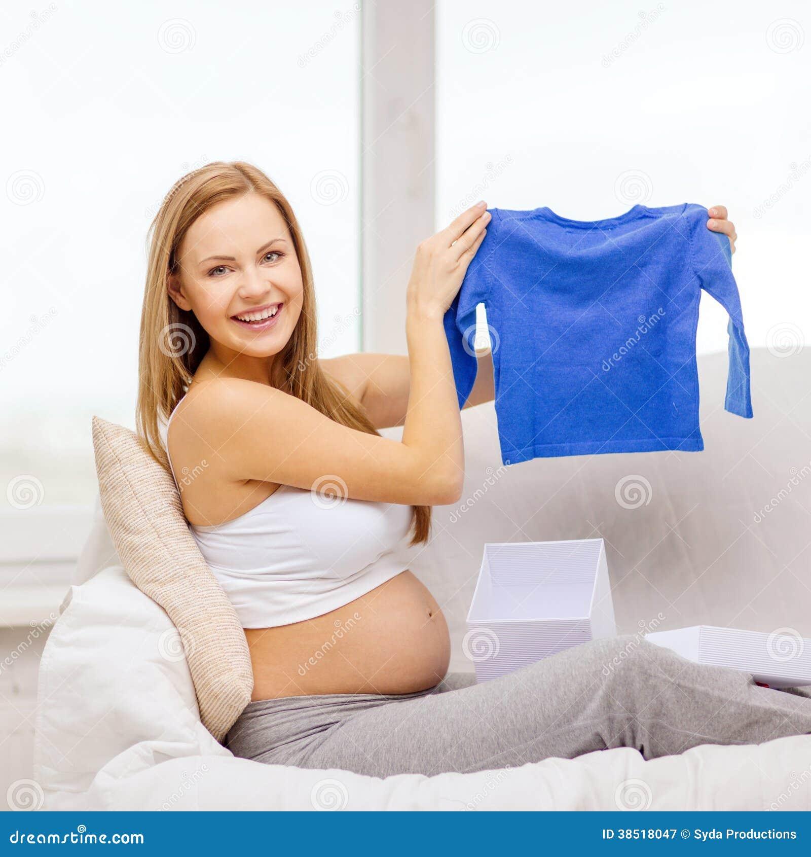 Uśmiechnięty kobieta w ciąży otwarcia prezenta pudełko