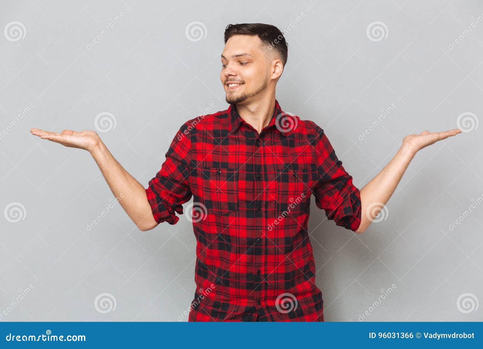 Uśmiechnięty mężczyzna mienia copyspace na funtach