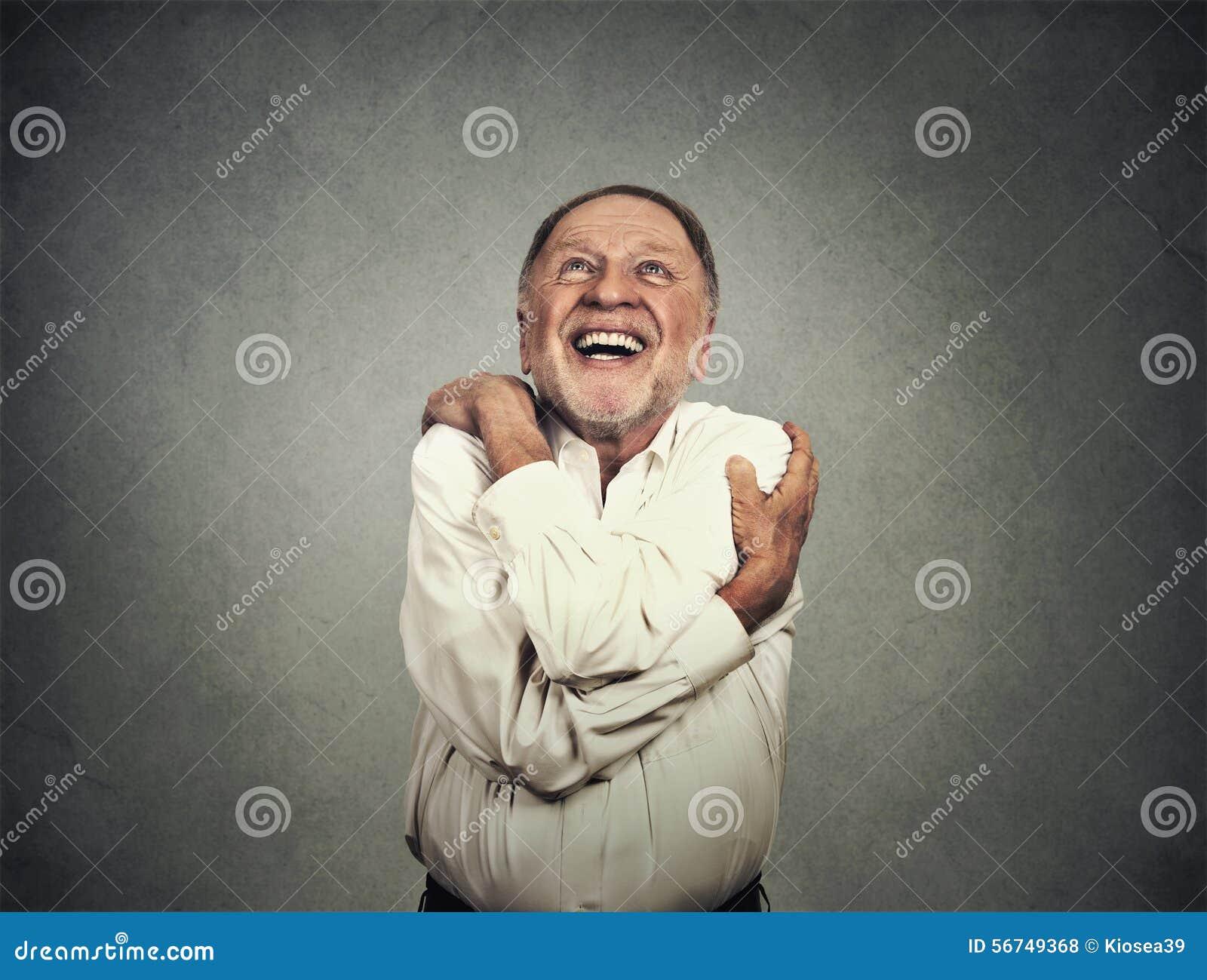 Uśmiechnięty mężczyzna mienia przytulenie himself