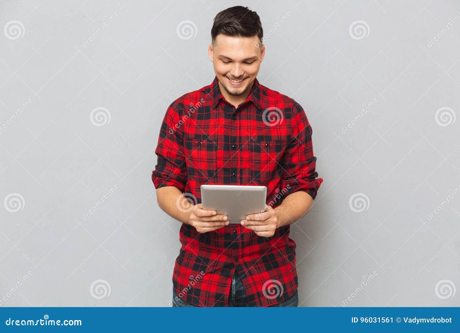 Uśmiechnięty mężczyzna Używa pastylka komputer