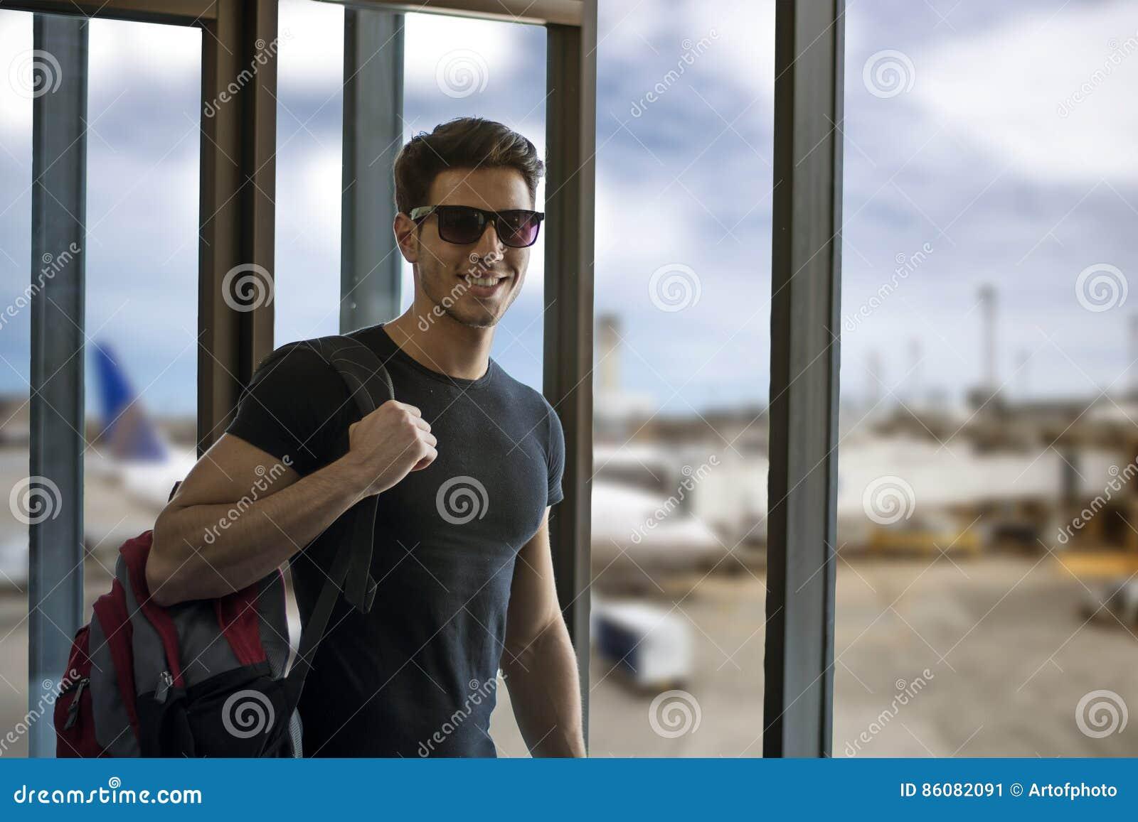 Uśmiechnięty mężczyzna w lotnisku