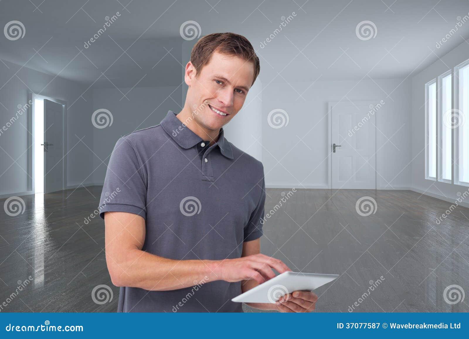 Download Uśmiechnięty Młody Człowiek Z Pastylka Komputerem Ilustracji - Ilustracja złożonej z przestrzeń, okno: 37077587