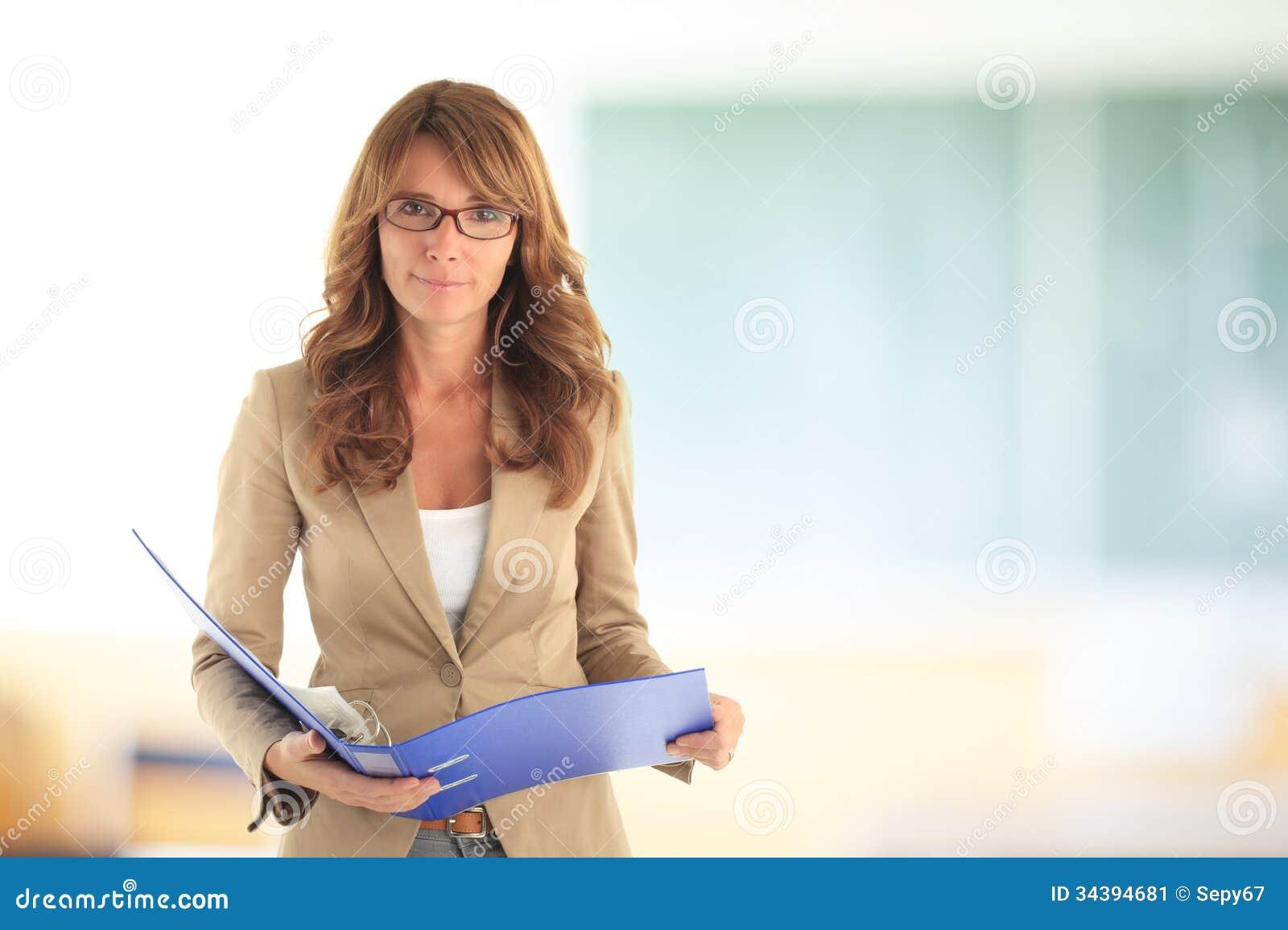 Uśmiechnięty nauczyciel przed blackboard