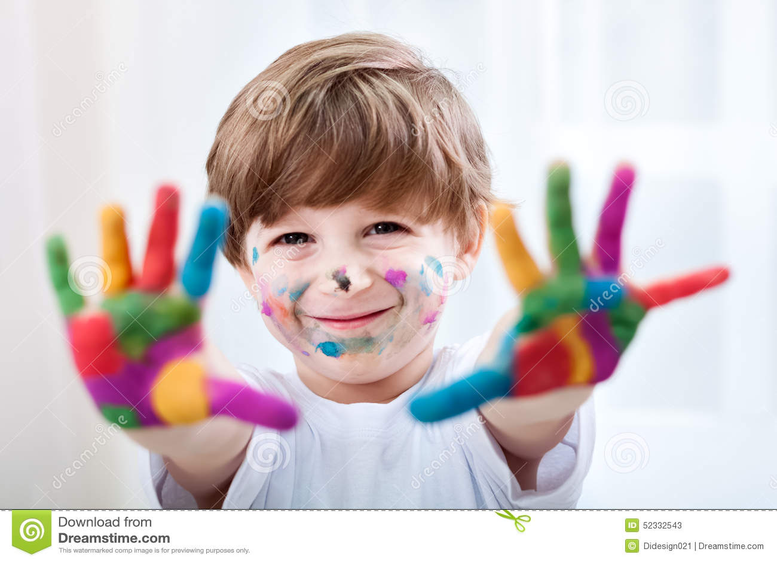 Uśmiechnięty piękny dziecko bawić się z kolorami