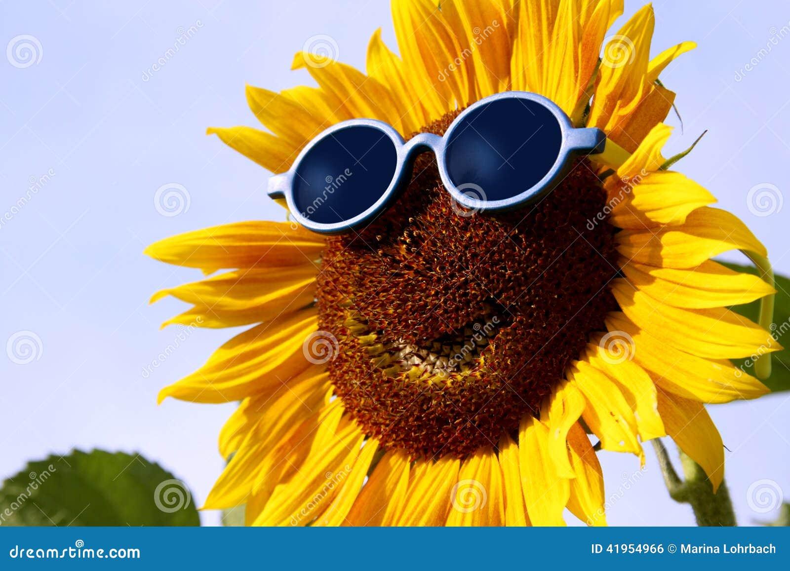 Uśmiechnięty słonecznik z okularami przeciwsłonecznymi