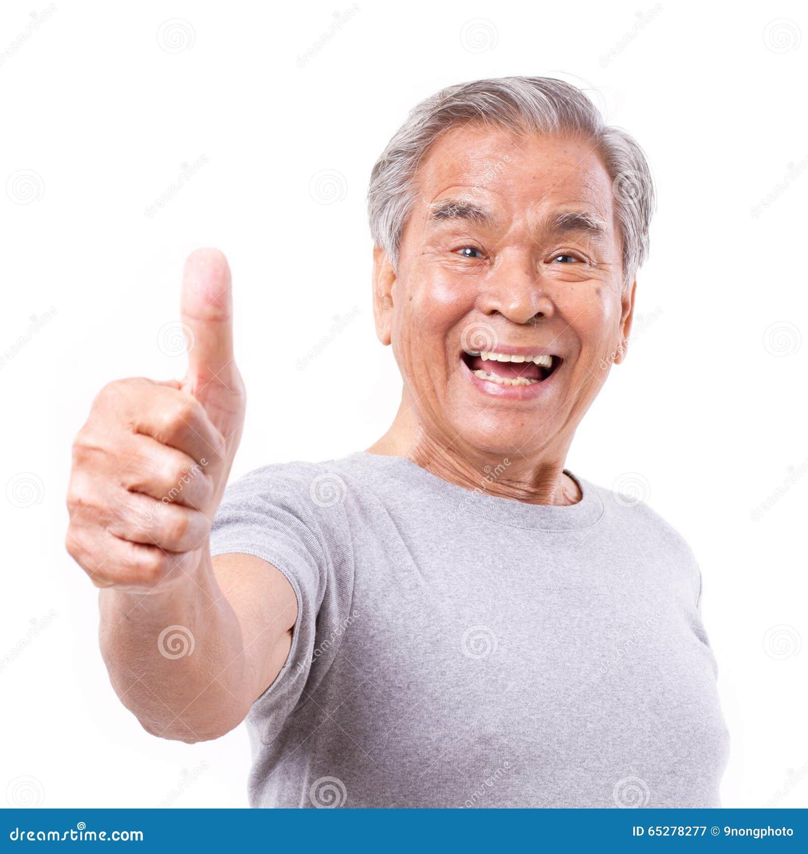 Uśmiechnięty starszy stary człowiek pokazuje kciukowi up gest