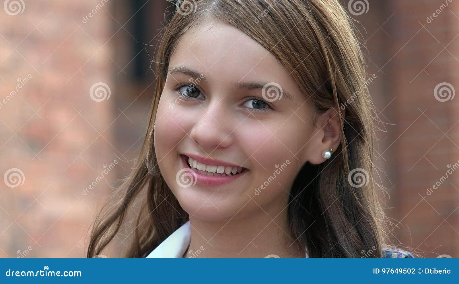 Uśmiechnięty Szczęśliwy Żeński Nastoletni