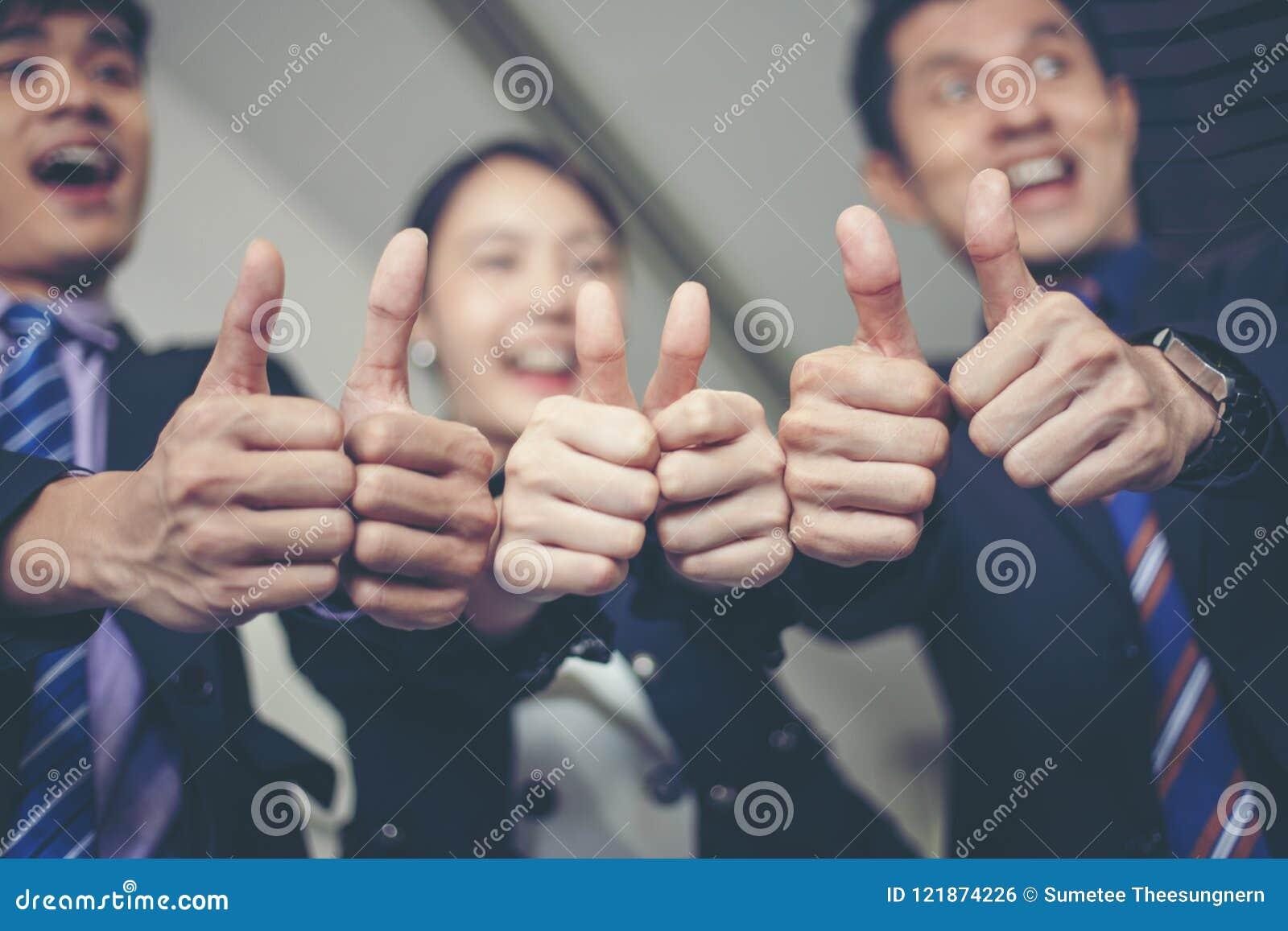 Uśmiechnięty szczęśliwy biznesmen i bizneswomany świętuje sukces