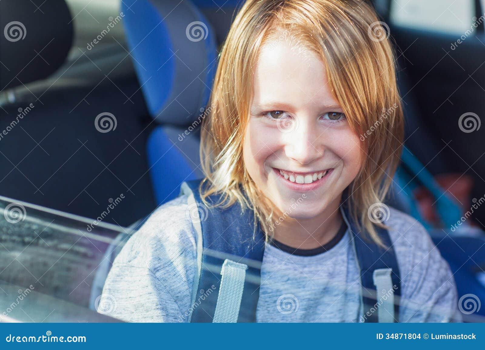 Uśmiechnięty uczeń w samochodzie