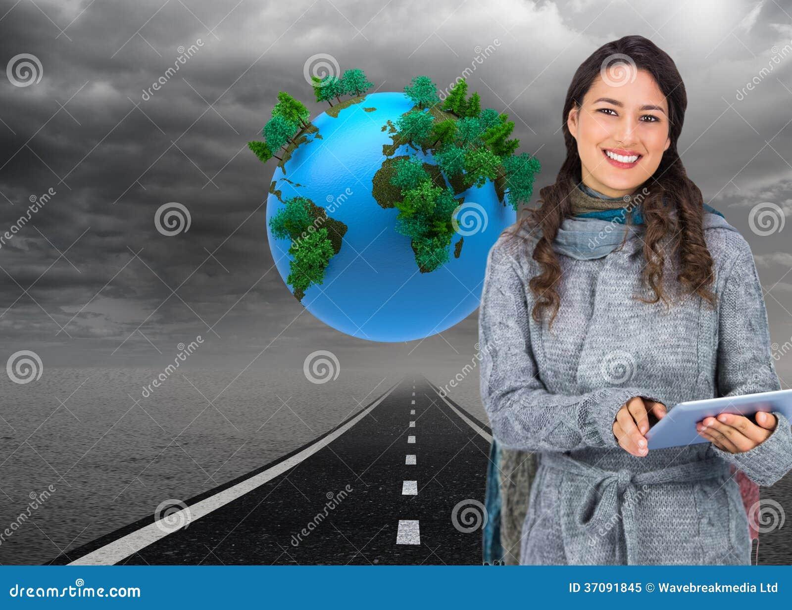 Download Uśmiechnięty Wzorcowy Jest Ubranym Zimy Odzieżowy Mienie Jej Pastylka Obraz Stock - Obraz złożonej z ziemia, chmury: 37091845