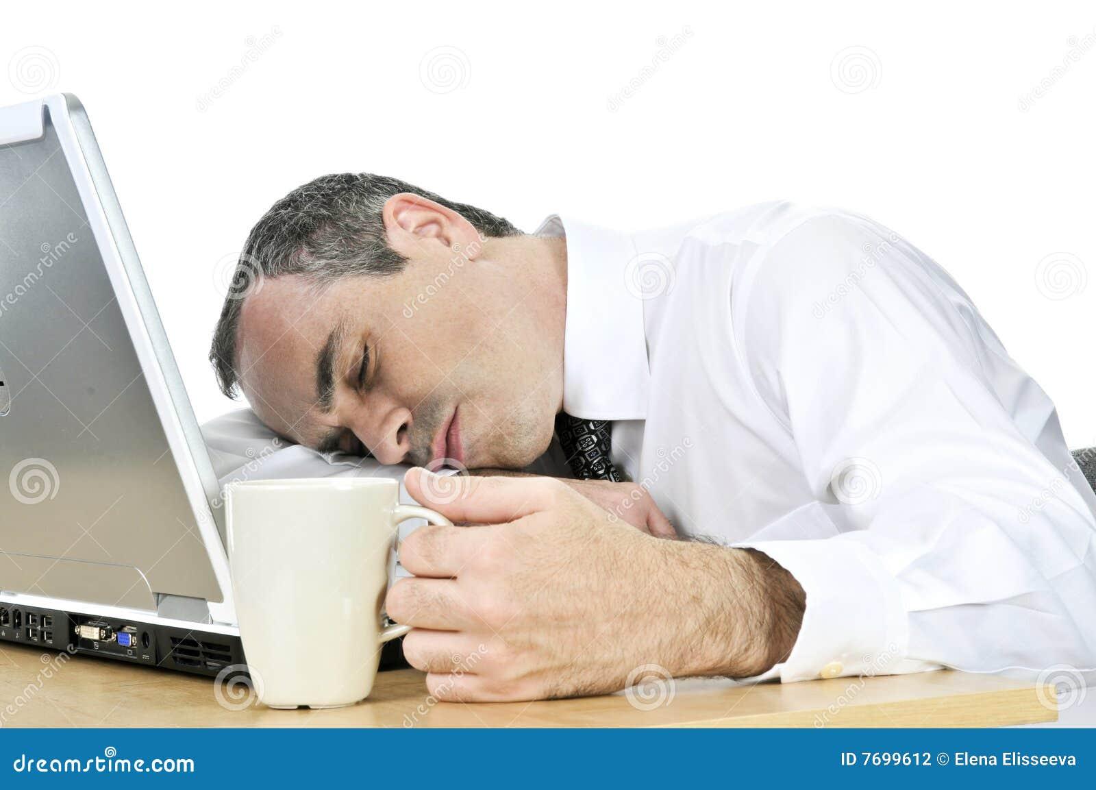 Uśpiony tła biznesmena biurko jego biel