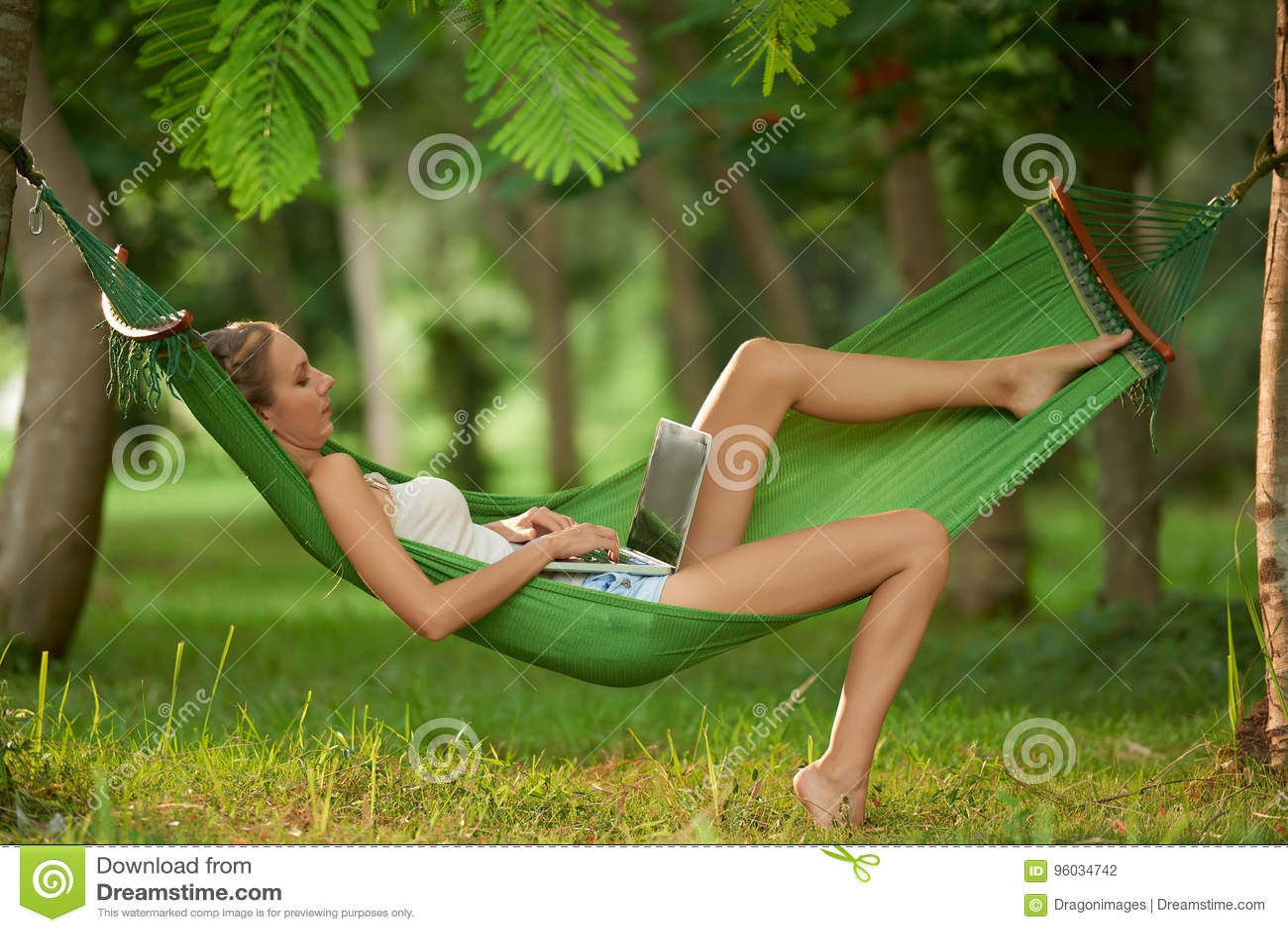 Używać laptop w Tropikalnym parku