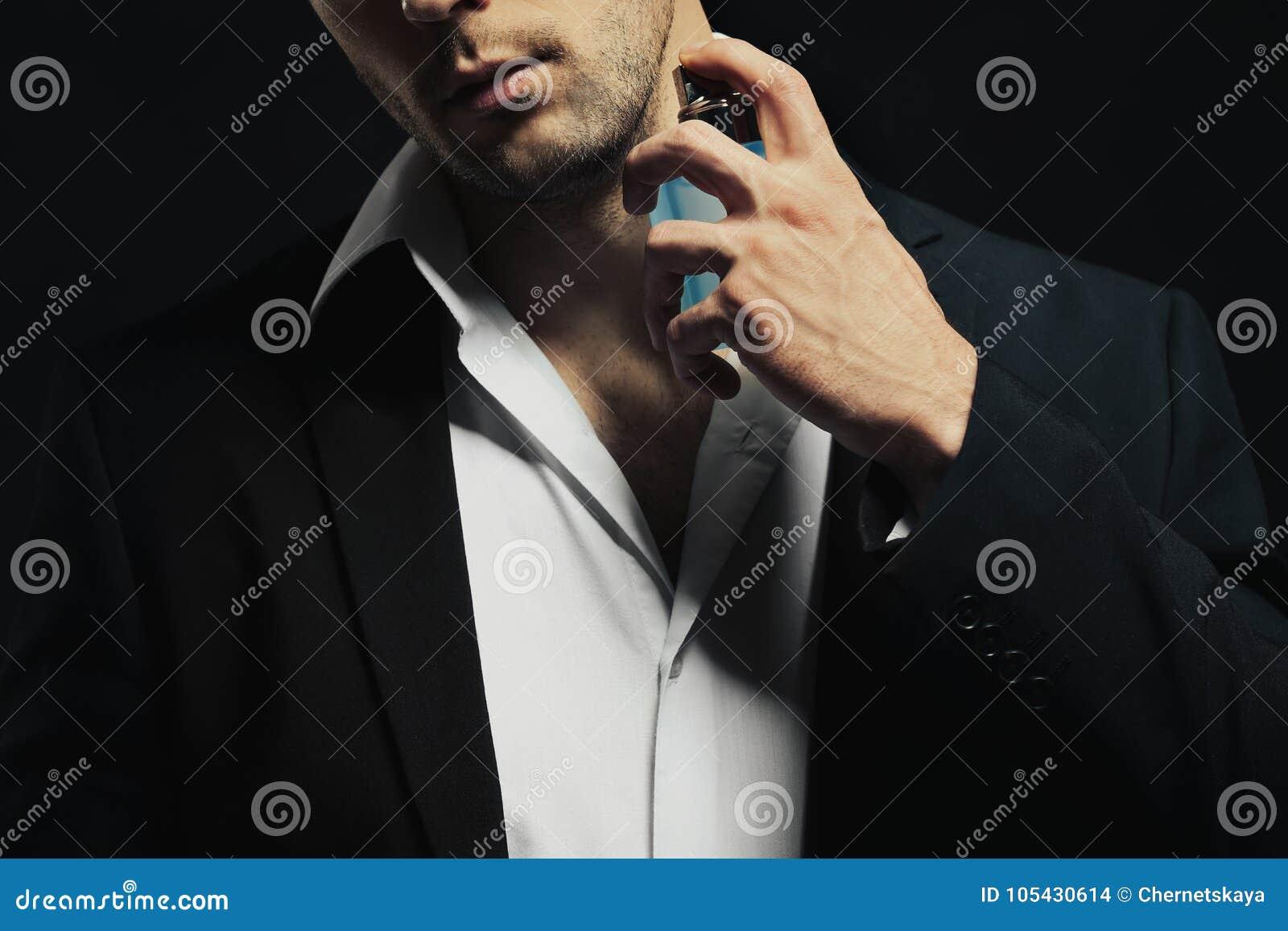 Używać pachnidło przystojny młody człowiek