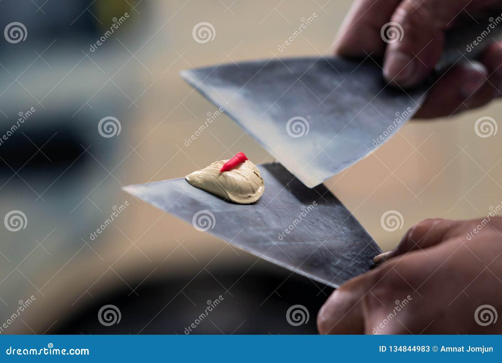 Używać plastikowego kit, Przygotowywa powierzchnię dla kiść obrazu