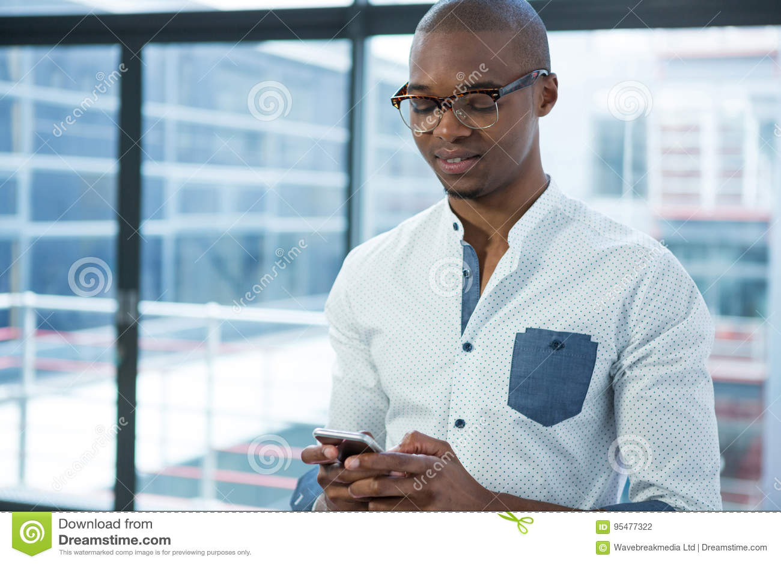 Używać telefon komórkowy uśmiechnięty biznesmen