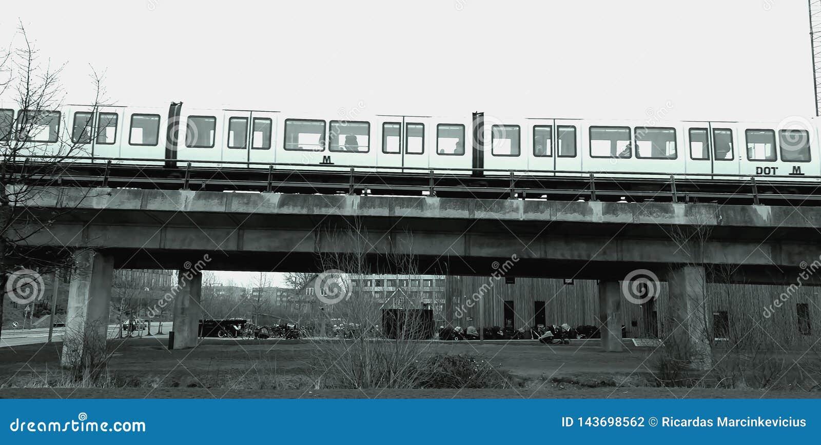 U-Bahn über der Brücke Sehen Sie Betonbrückebau