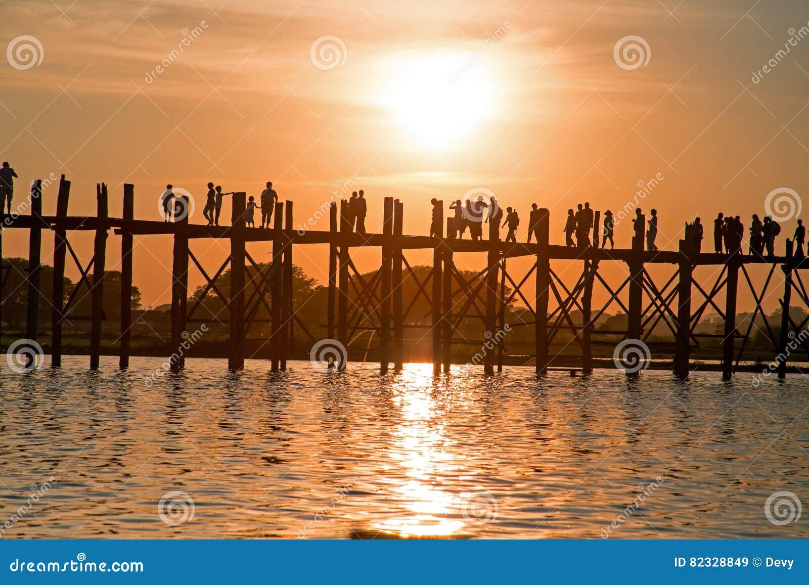U Bein桥梁的在日落, Amarapura,曼德勒缅甸现出轮廓的人