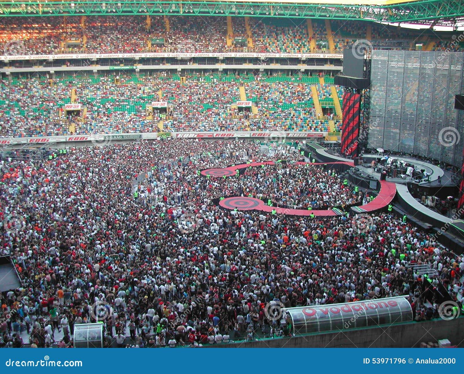 U2 concert editorial photo  Image of alvalade, 2003, bonno - 53971796