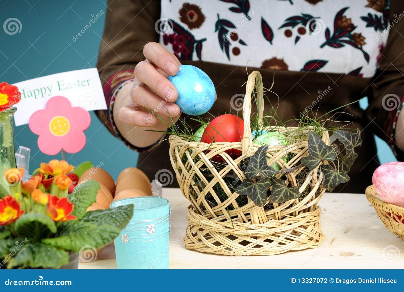 Ułożenia Easter jajek ręki ludzkie