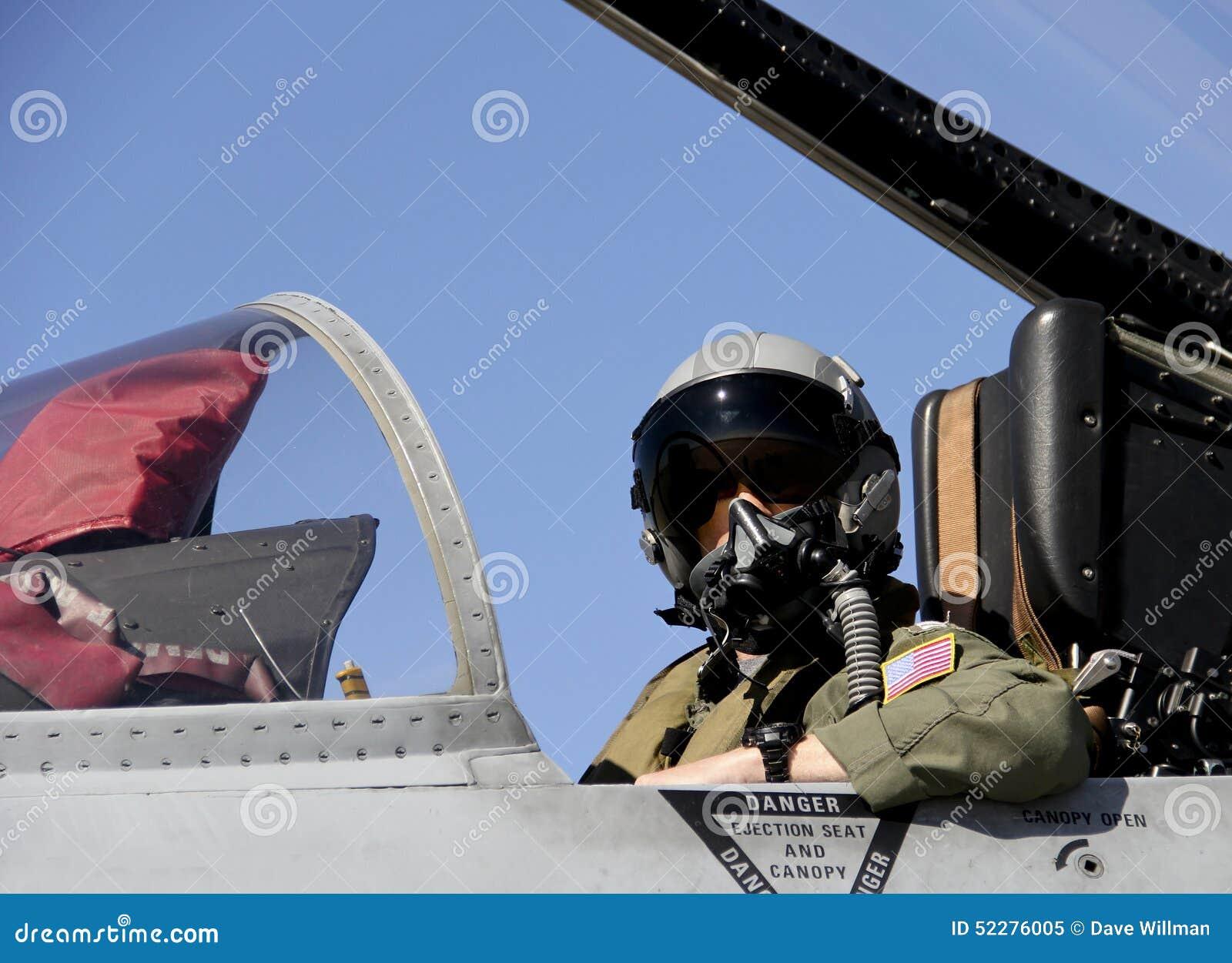美国坐在喷气式歼击机的充分的齿轮的战斗机飞行员.图片
