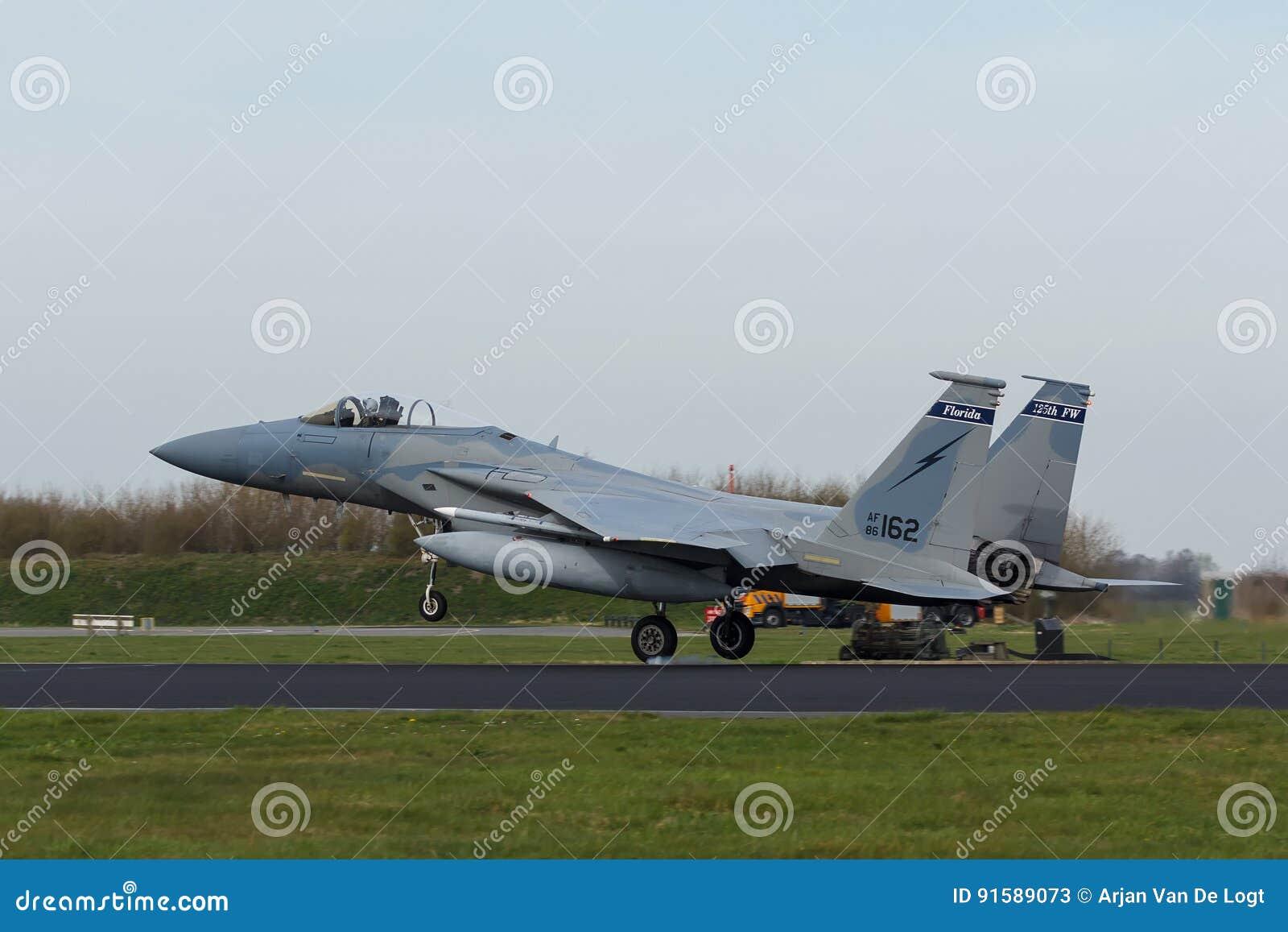U.S.A.F.F-15 Eagle que toca para baixo no exercício da bandeira do Frisian