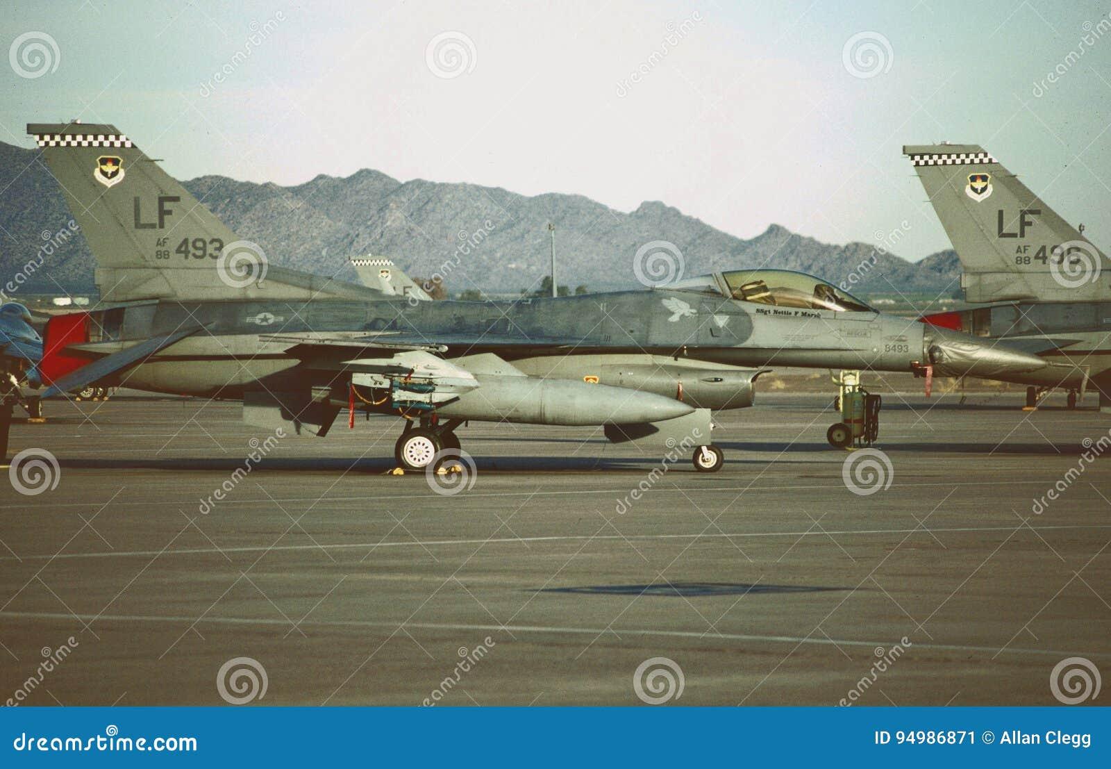 U.S.A.F. General Dynamics F-16C 88-0493 auf dem Fluglinien am 5. Oktober 1999