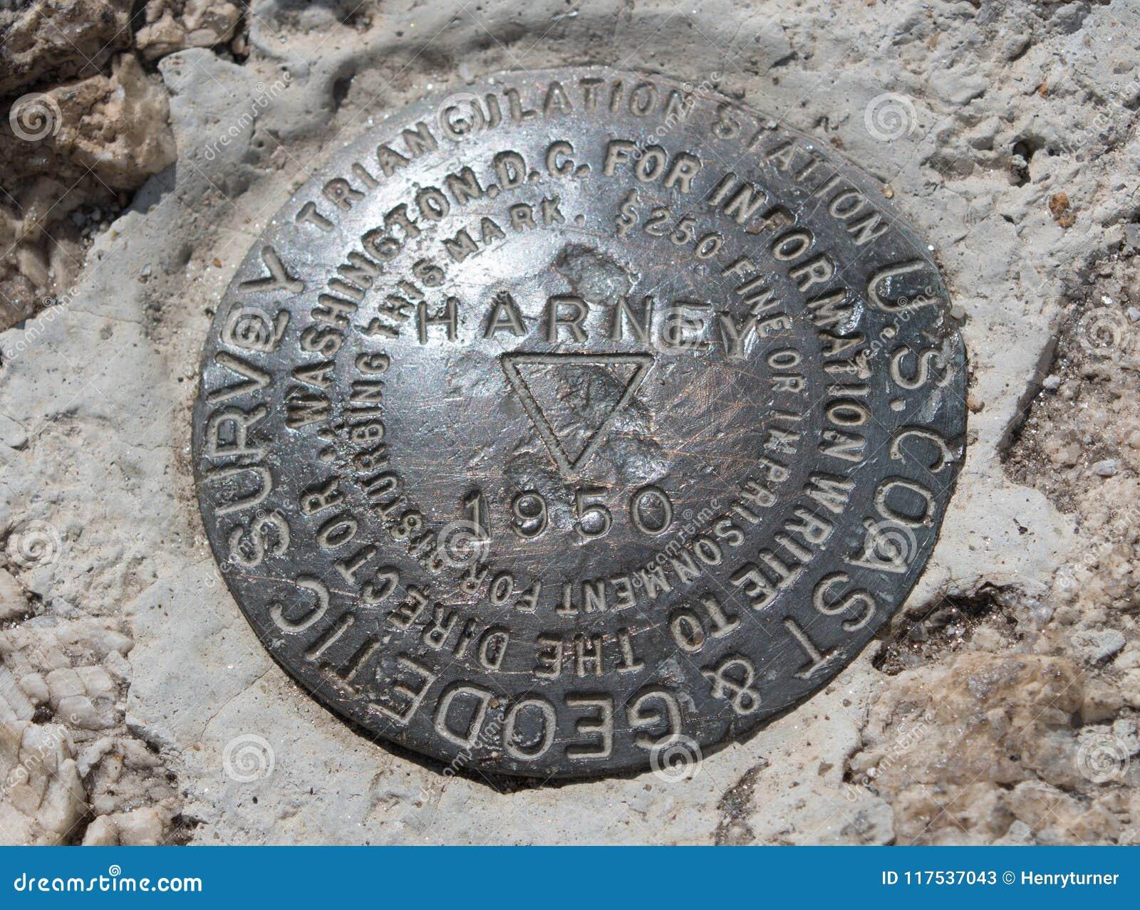 U S Geodetisk granskande landmarkör upptill av det Harney maximumet i Custer State Park i Blacket Hills av South Dakota USA