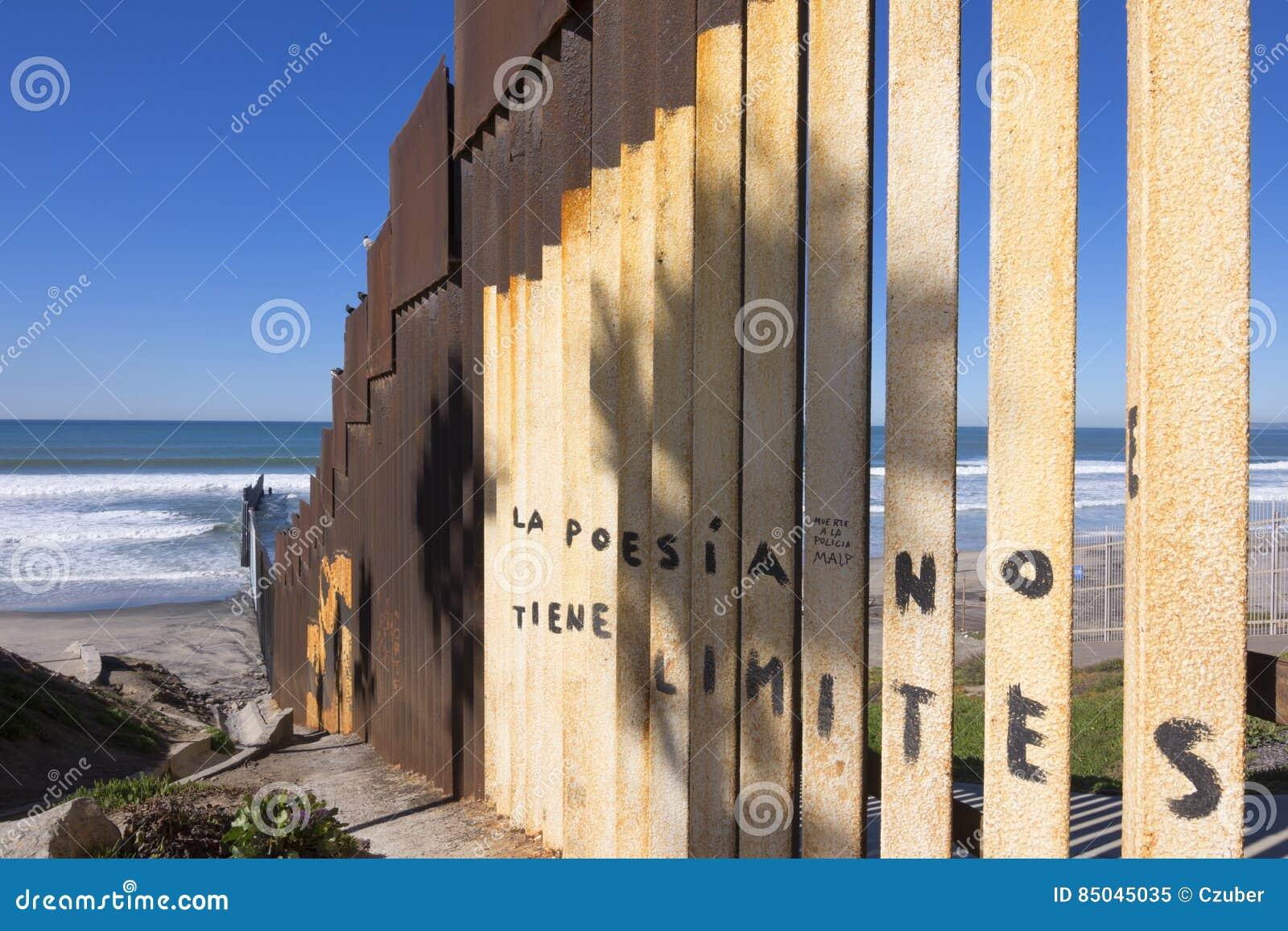 U S - Mexico gränsstaket på stranden i Tijuana