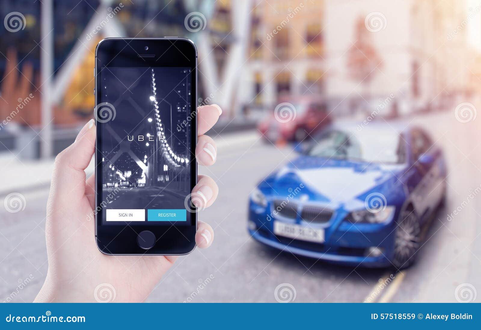 Uber podaniowy rozpoczęcie na Jabłczanym iPhone pokazie w żeńskiej ręce