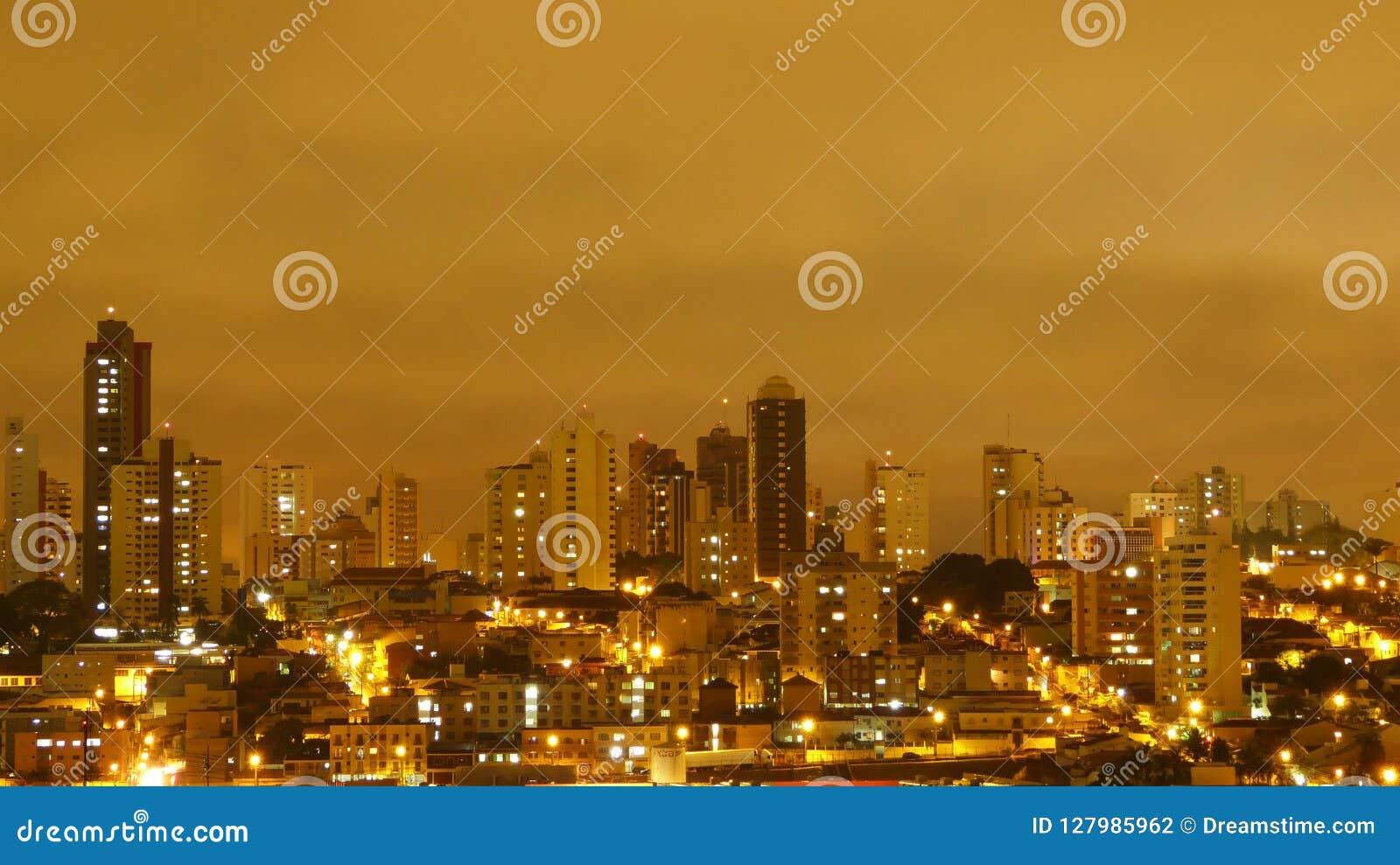 Uberlandia, Brazylia, widok podczas deszczu w nocy, żółty niebo