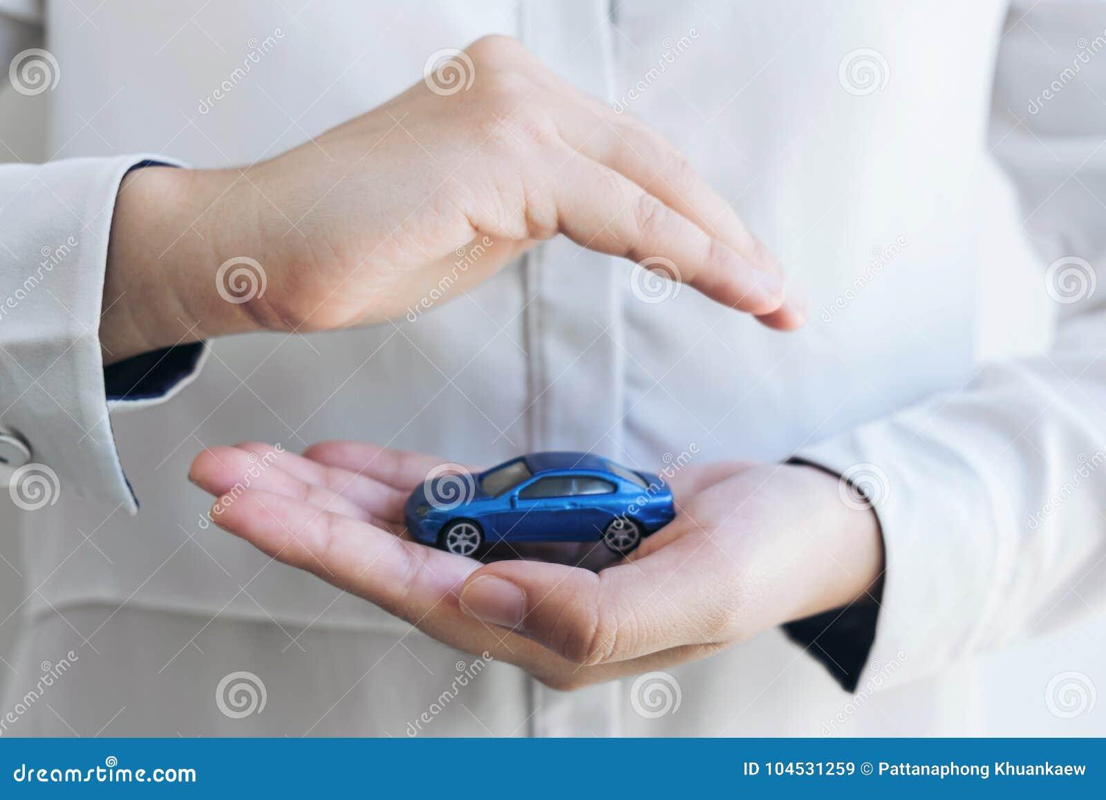 Ubezpieczenia i opieki ochrona samochodowy pojęcie, kobieta z gaceniem