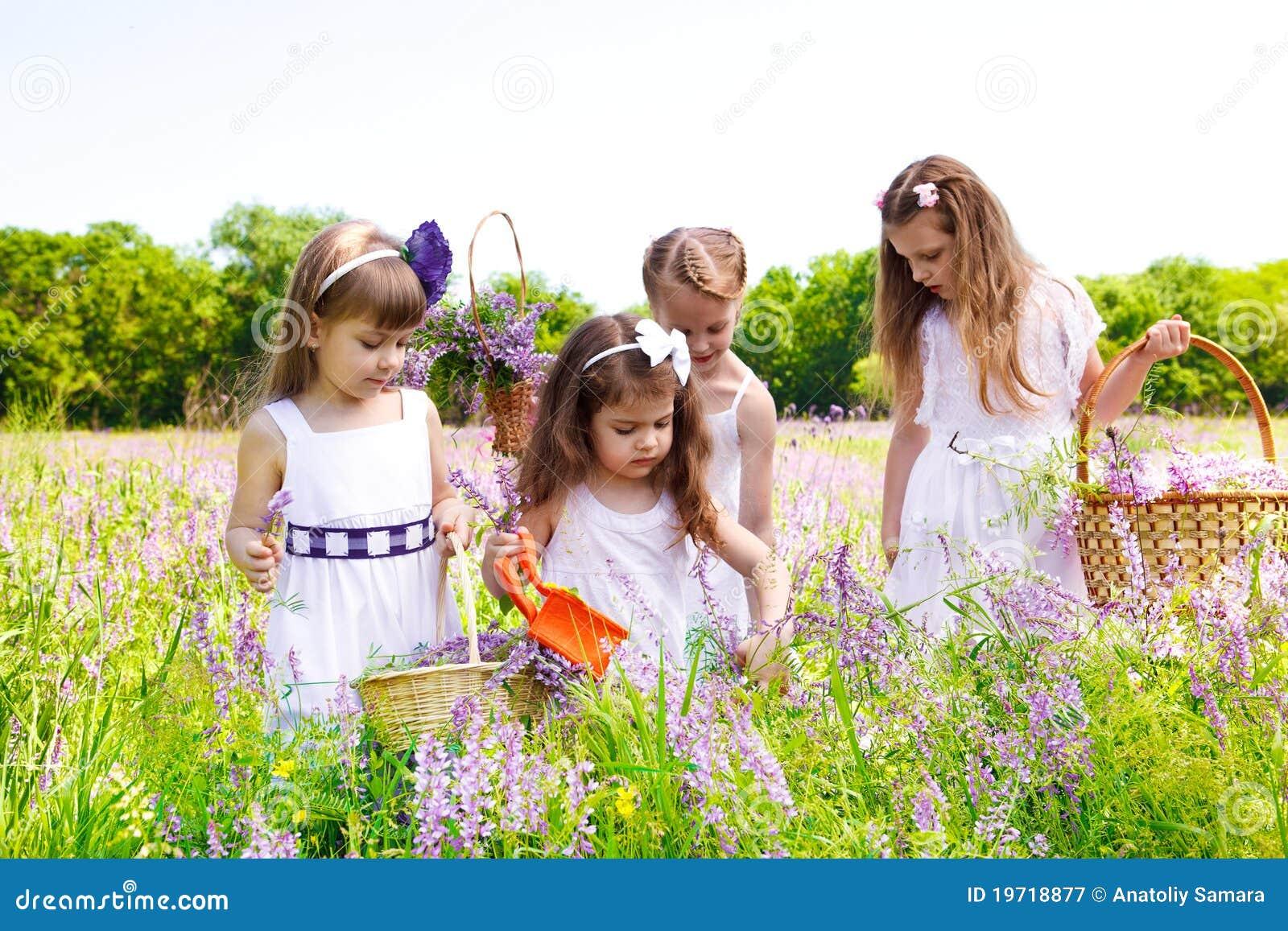 Ubiera dziewczyny biały