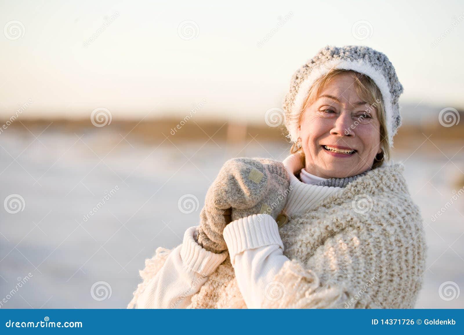 Ubraniowego portreta seniora ciepła zima kobieta