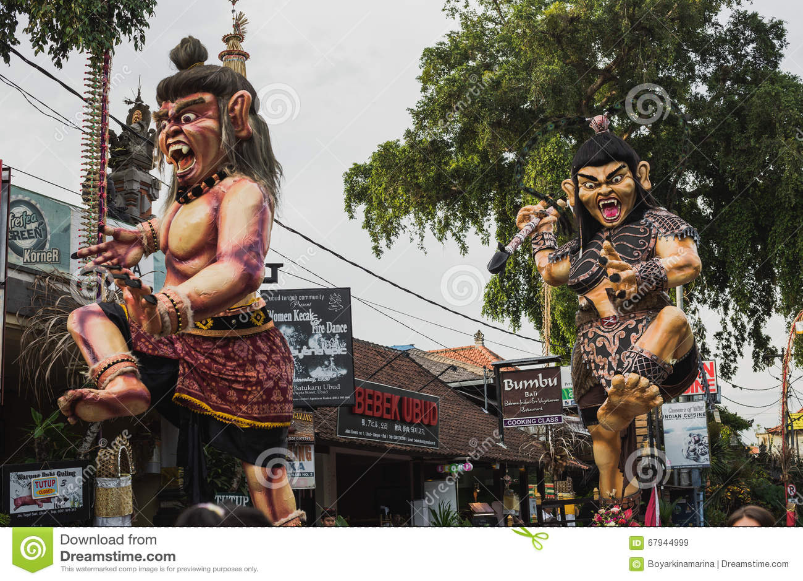 UBUD,巴厘岛- 3月8 :未认出的人在庆祝时