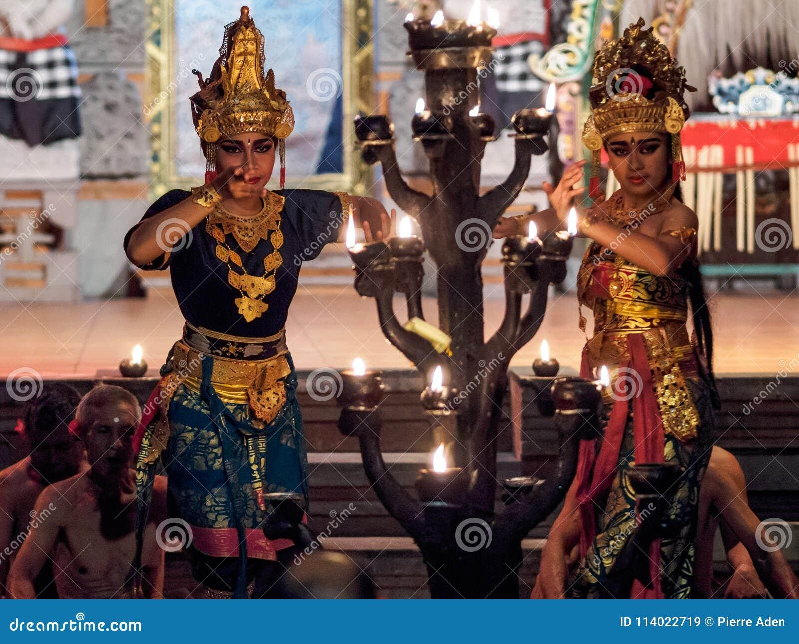 Ubud, Indonesië - Maart 29, 2018: De dansers voeren de Kecak-Dans van de Brandtrance uit