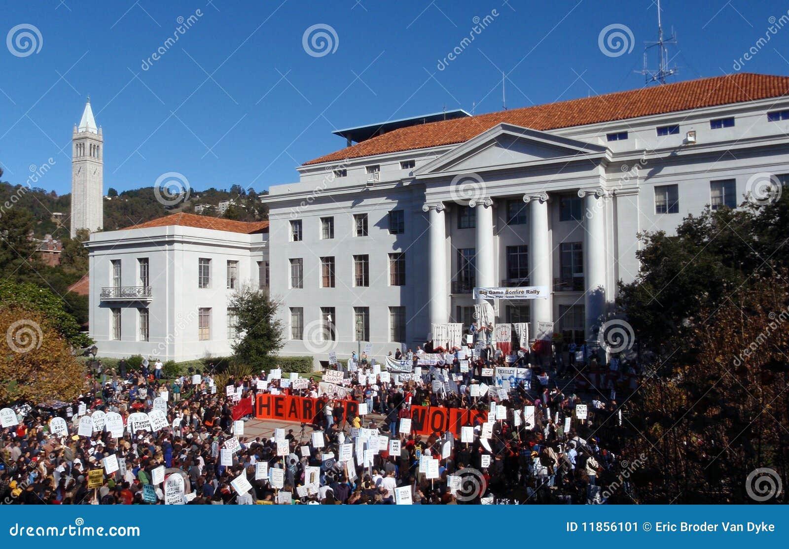 UC de prijsstijgingen van het Protest van Berkeley van omhoog 33 percenten