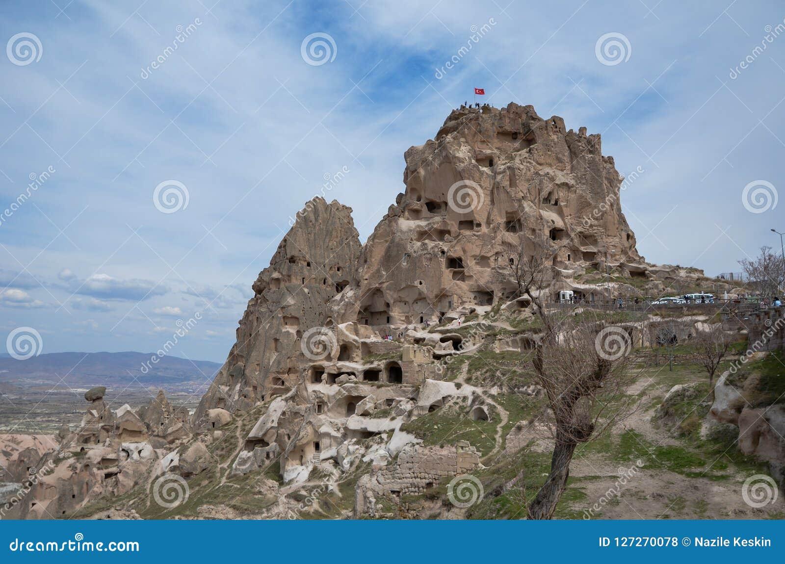 Uchisar slott i Cappadocia Turkiet, blått och molnig himmel