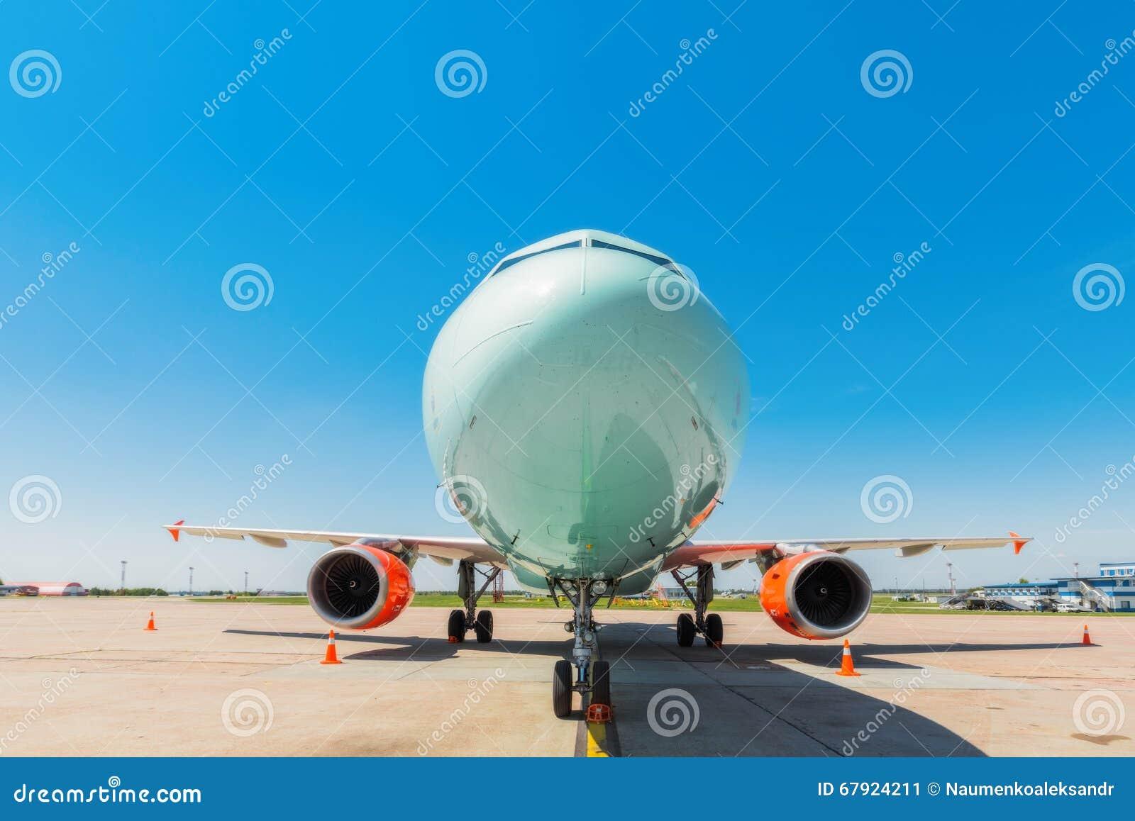 Ucrânia, Borispol - 22 de maio: Linha aérea Windrose dos aviões no aeroporto internacional de Borispol o 22 de maio de 2015 em Bo