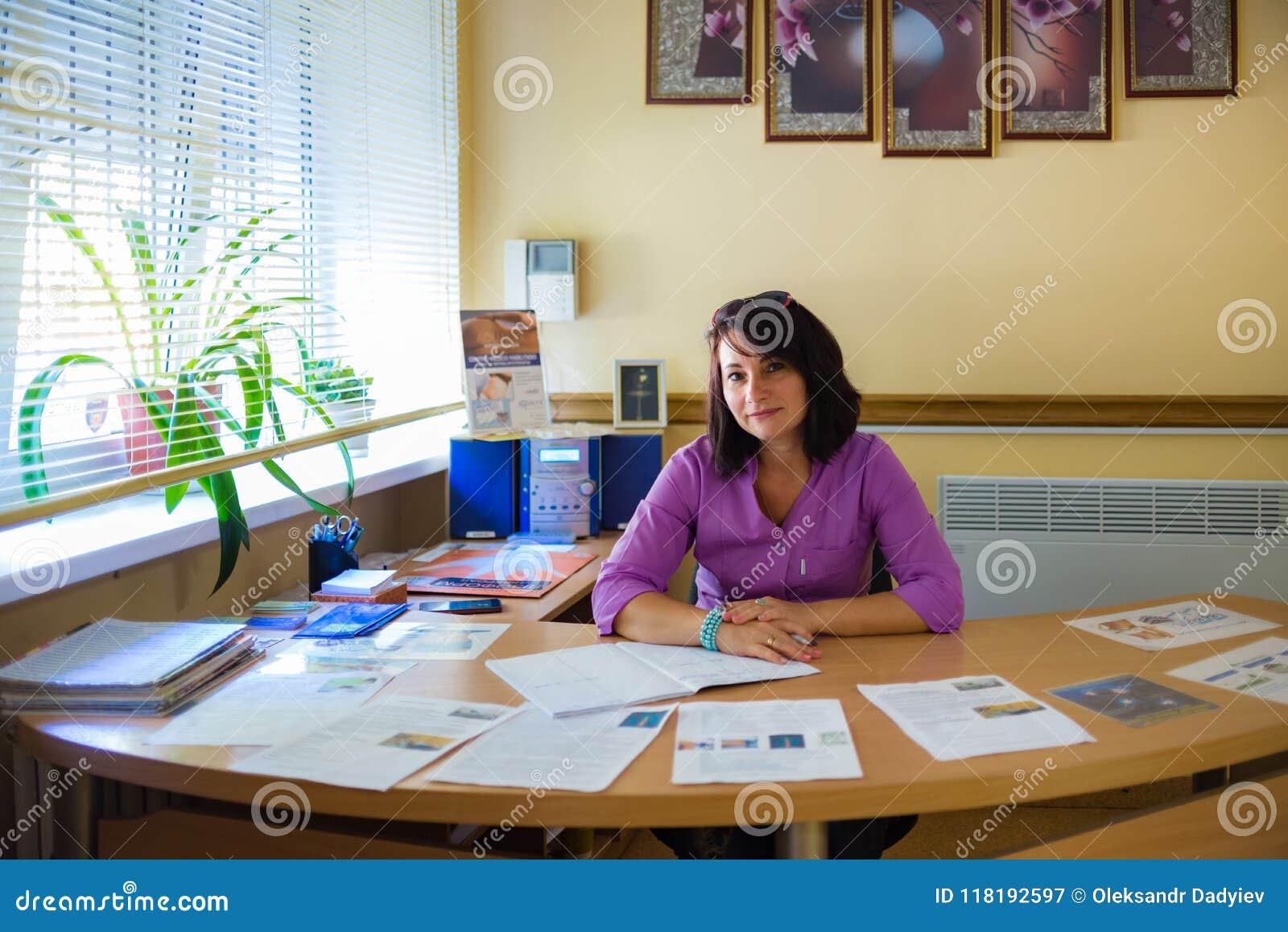 Ucrânia, Odessa 2 de agosto de 2017 Mulher no escritório na tabela secretária Trabalhador médico