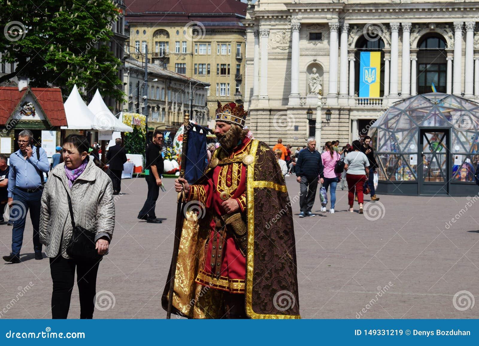 Ucr?nia, Lviv - em maio de 2019: Um homem no traje do carnaval do rei Danylo Galitsky