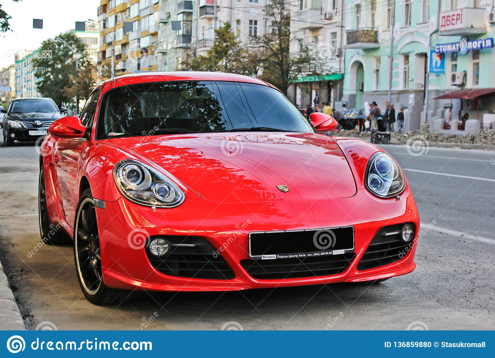 Ucrania, Járkov 20 de julio de 2014 Porsche Cayman GTS Supercar rojo