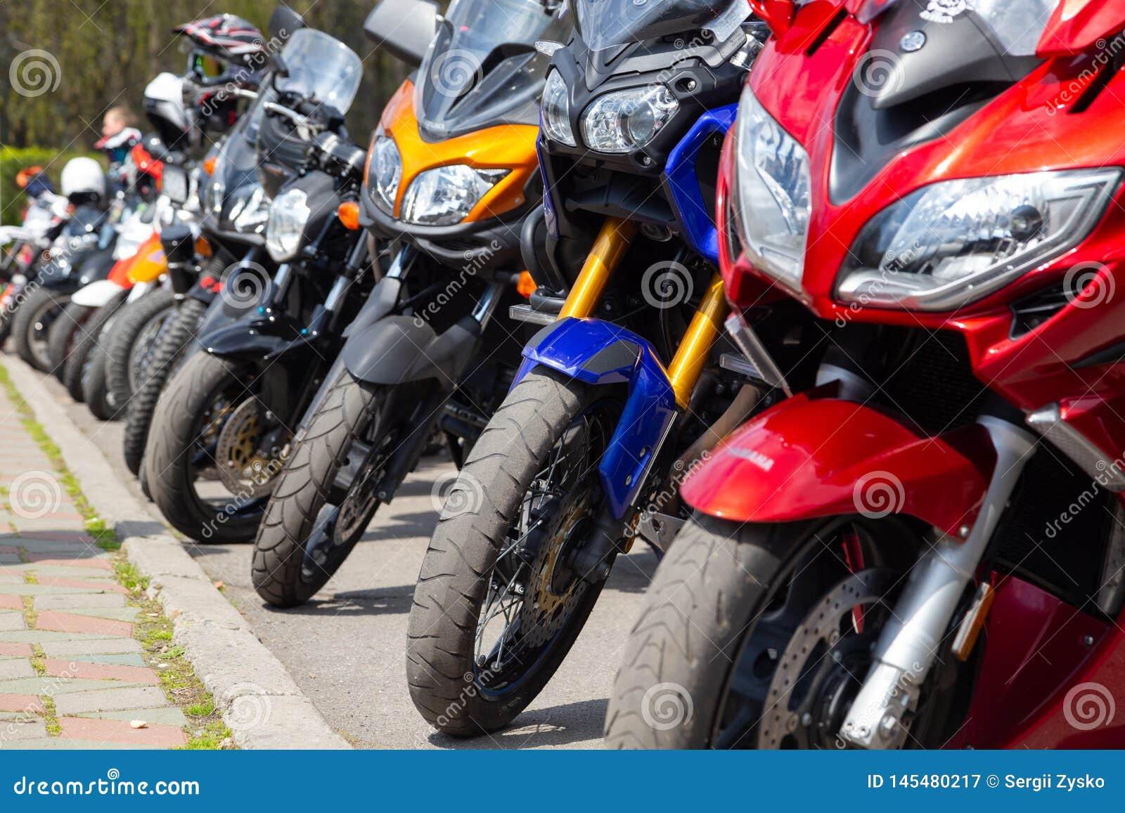 Ucrania Khmelnitsky 20 de abril de 2019 Motocicletas en la abertura de la primavera de la estaci?n de la motocicleta