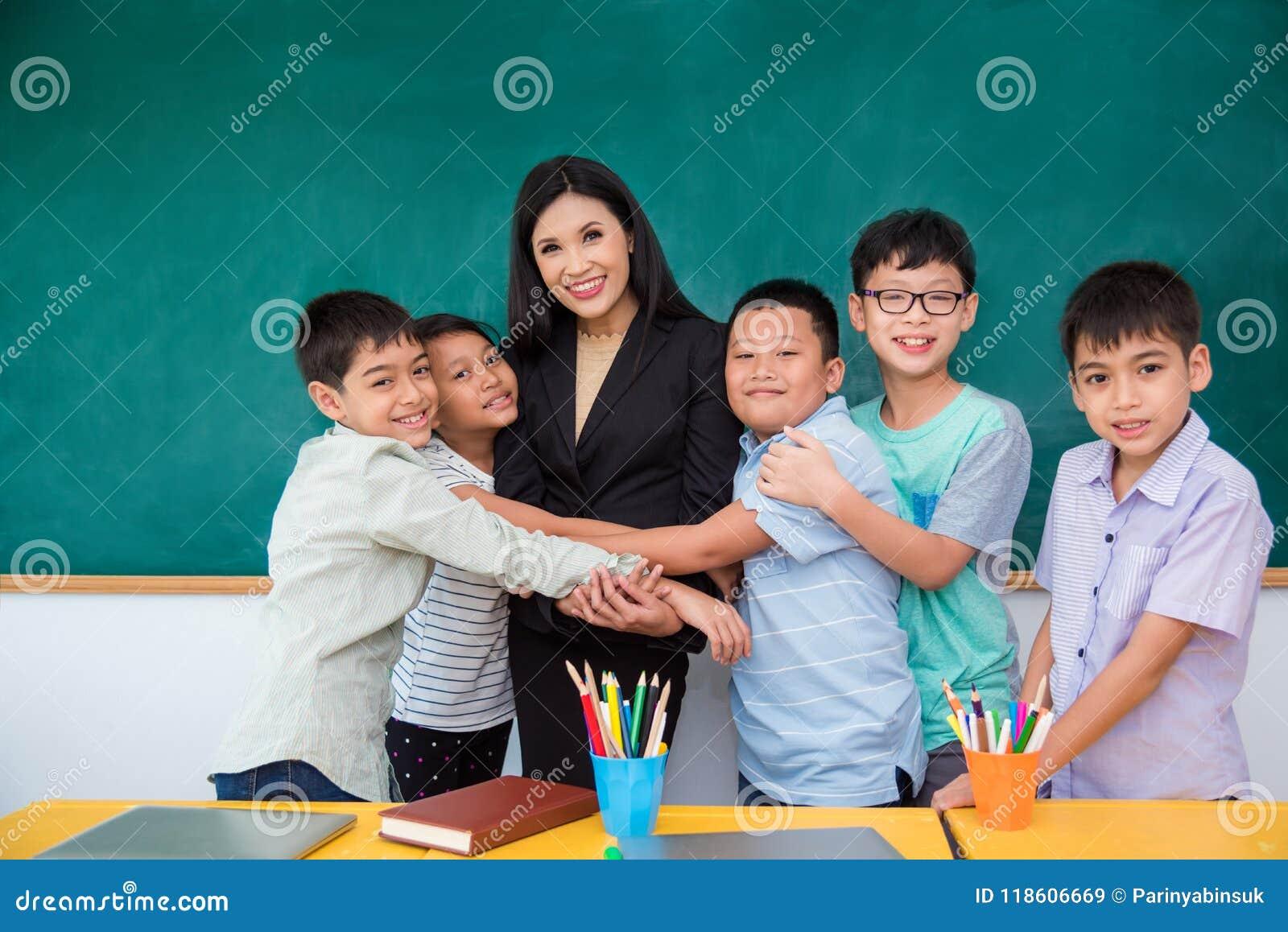 Uczeń ściska ich nauczyciela w sala lekcyjnej
