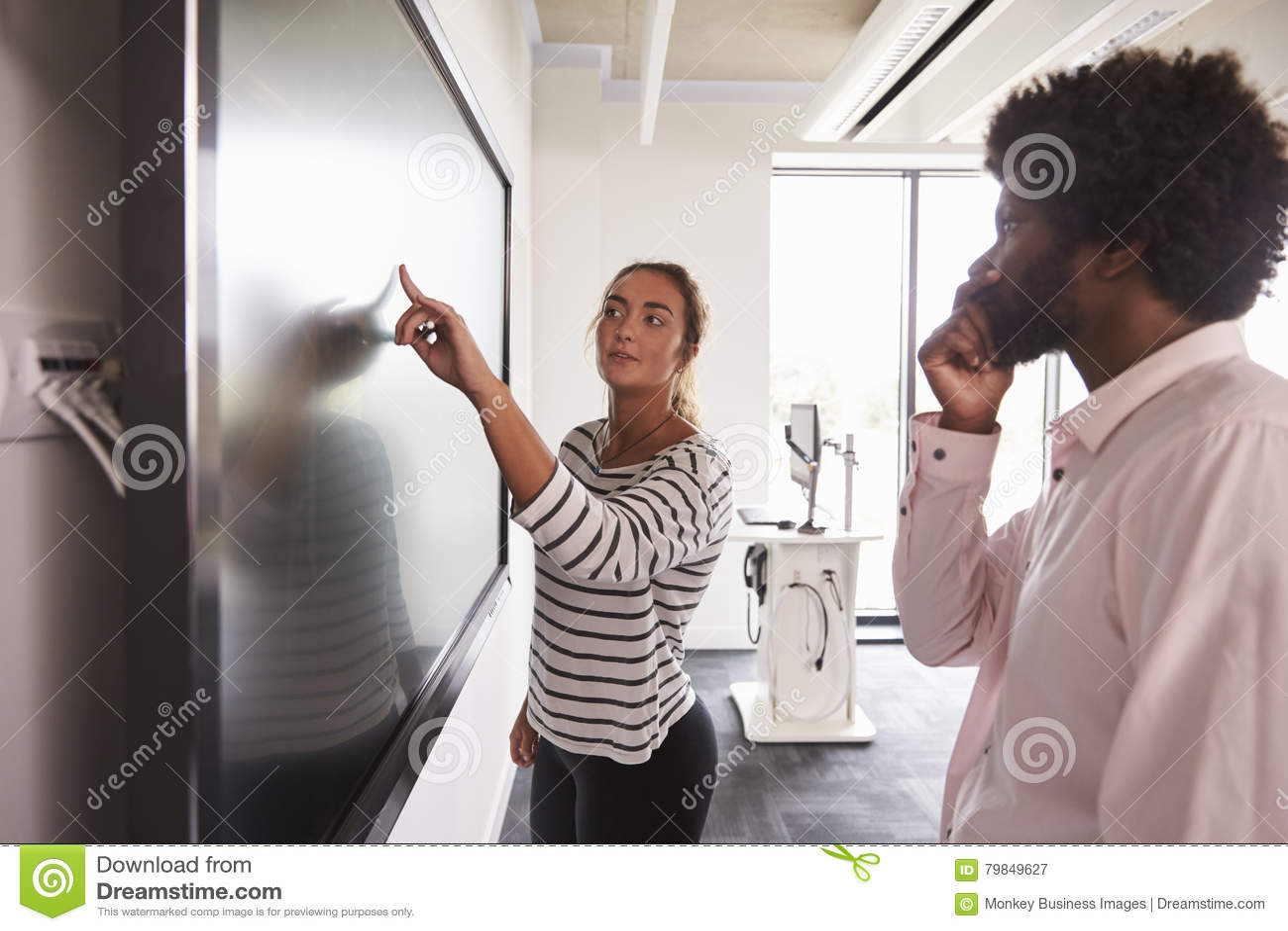 Uczeń I adiunkt Dyskutujemy projekt Na Interaktywnym Whiteboard