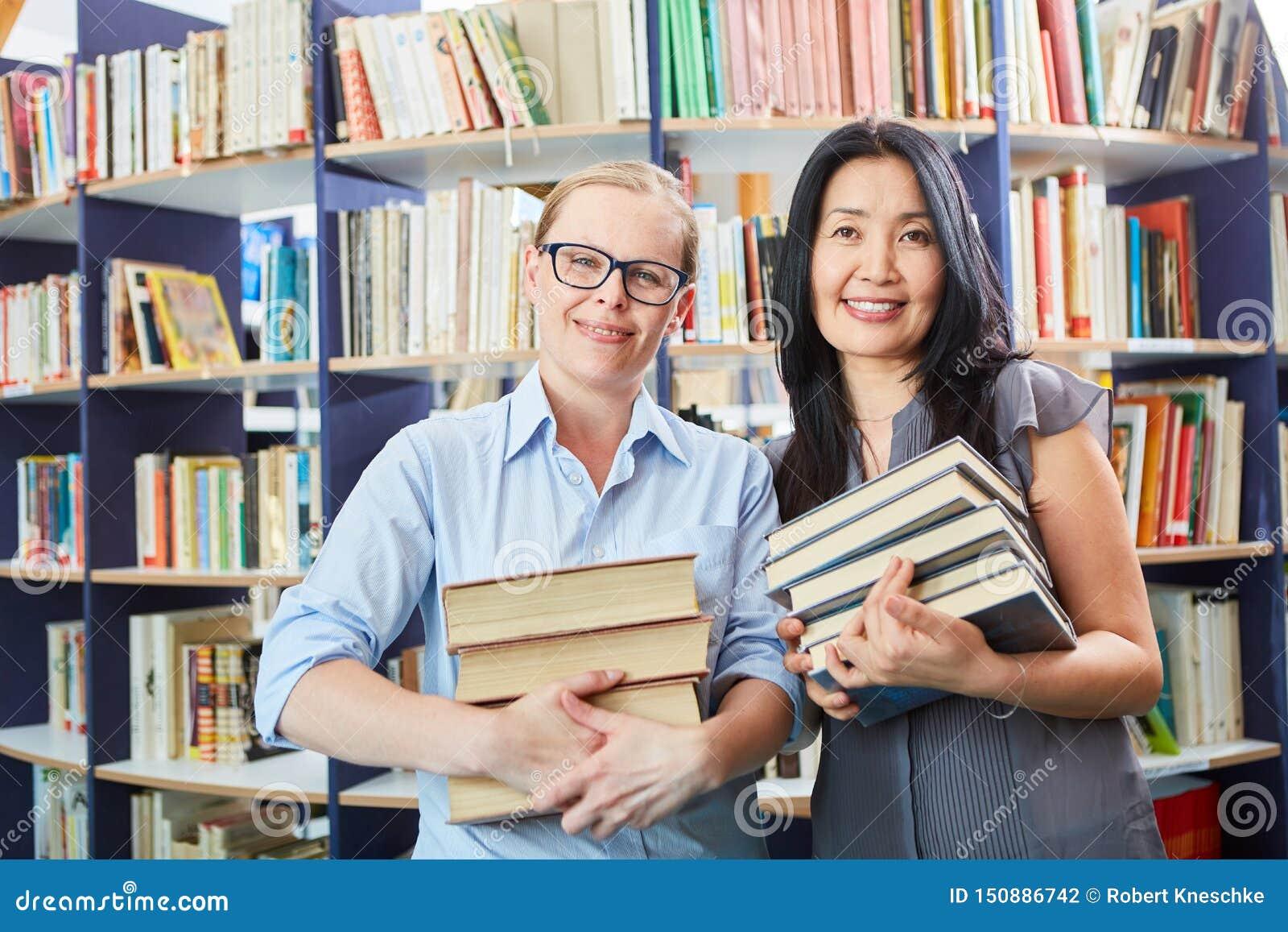 Uczeń i bibliotekarka z książki stertą
