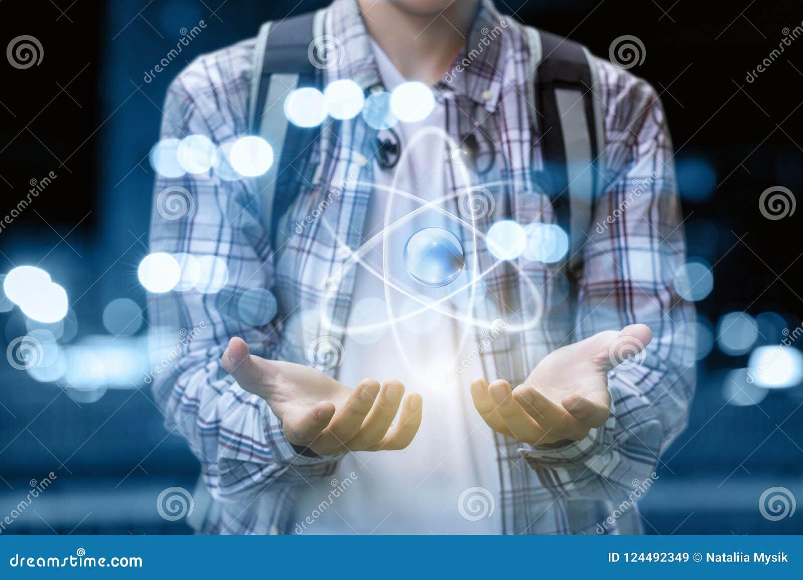 Uczeń pokazuje ręka atom