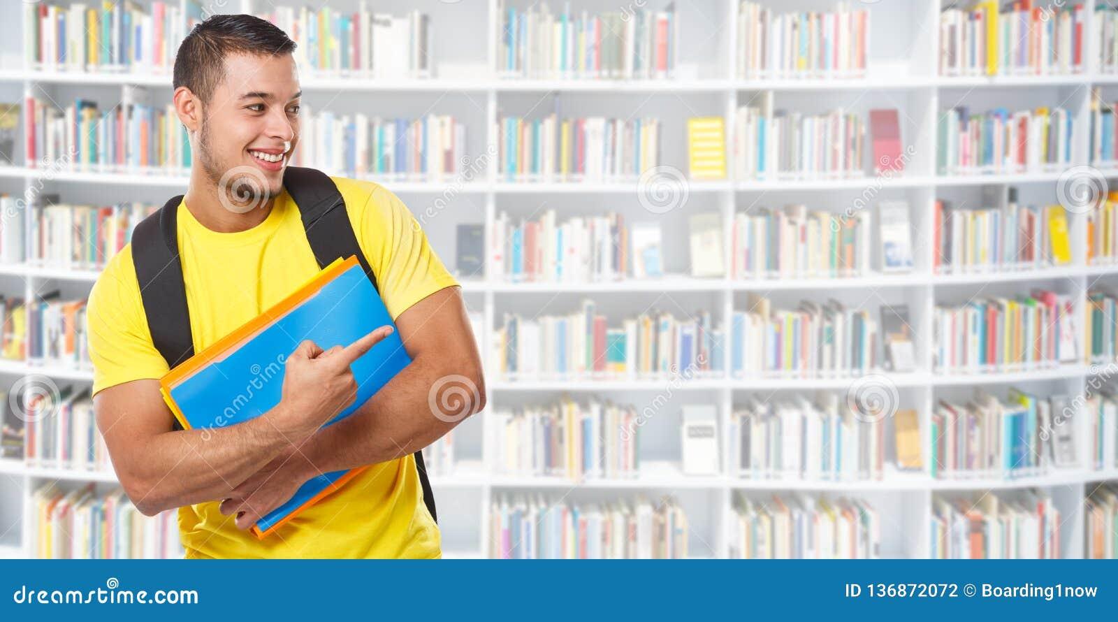 Uczeń pokazuje wskazujący marketingowego reklamy ogłoszenie biblioteczni uczenie sztandaru copyspace kopii przestrzeni młodego cz