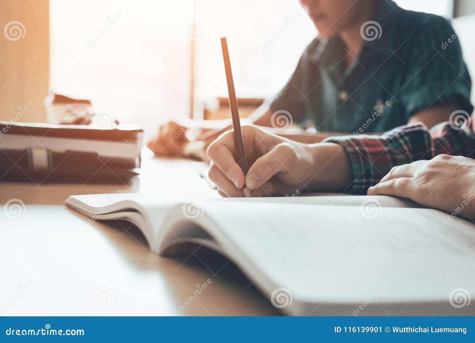Uczeń studiuje papier i pisze tescie w nowożytnej sala lekcyjnej